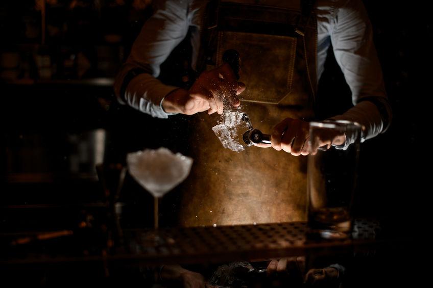 bartender con picahielo