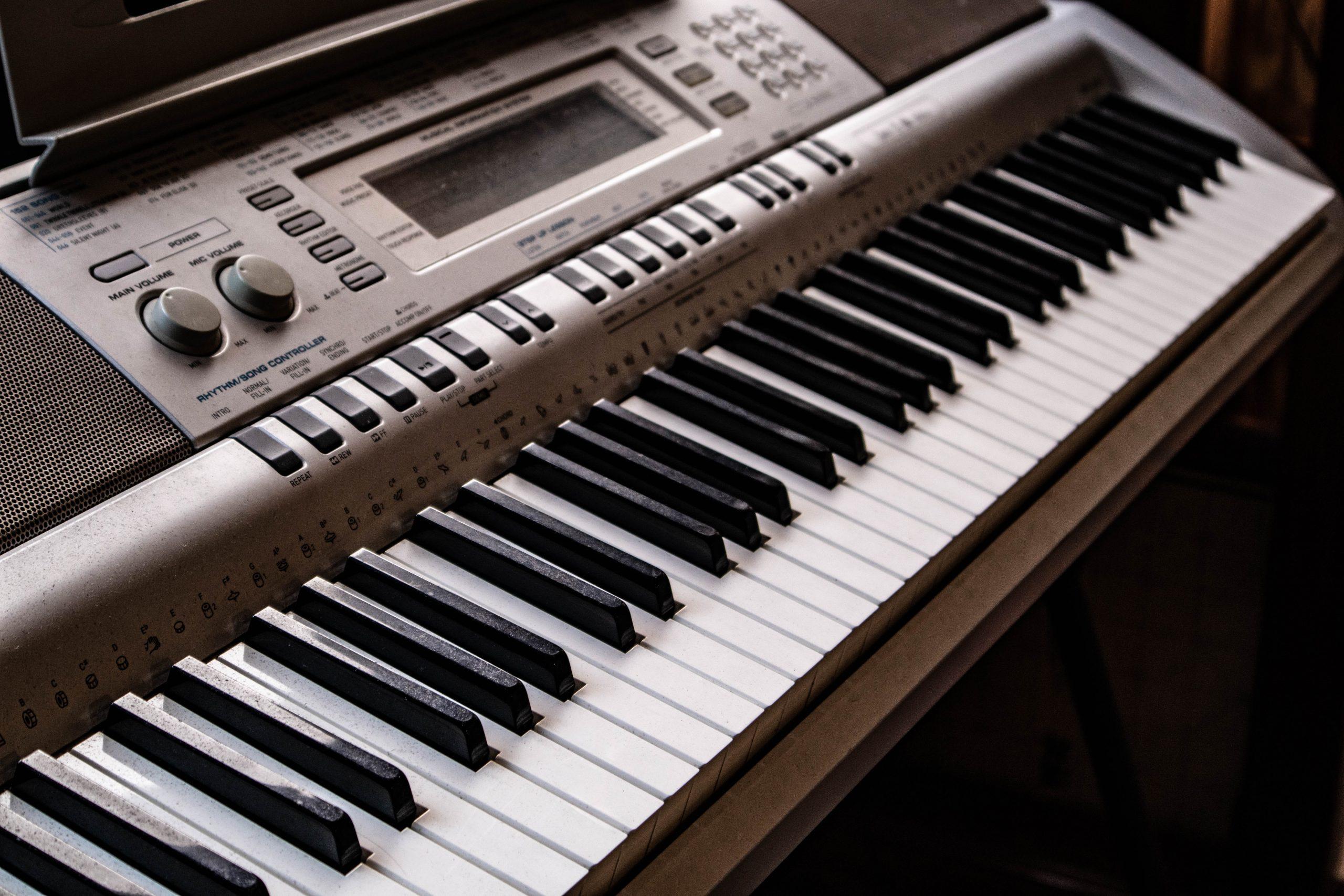 piano eléctrico café