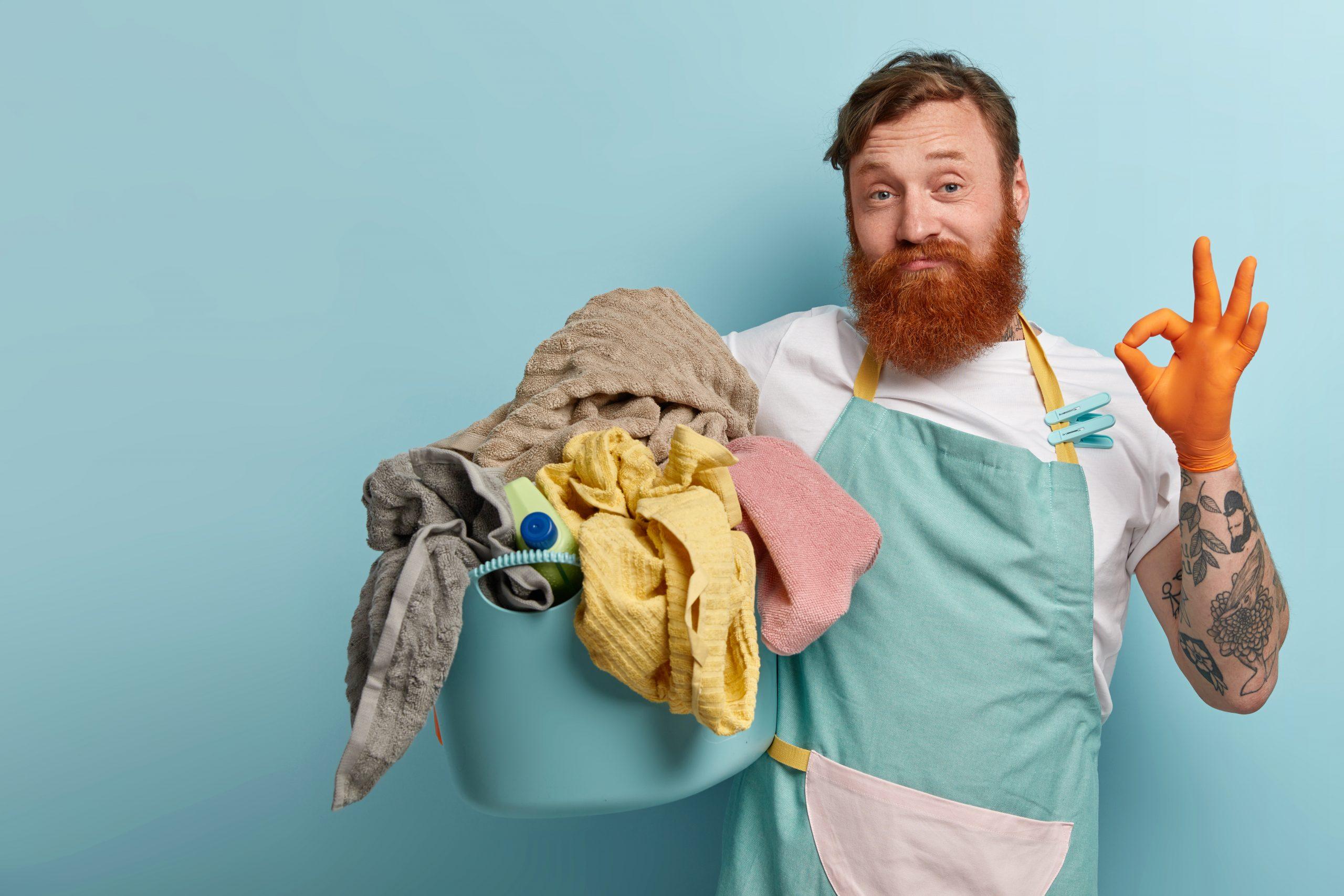 hombre con ropa sucia