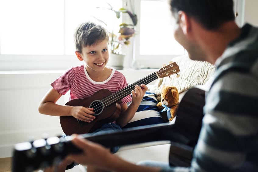 niño tocando ukelele