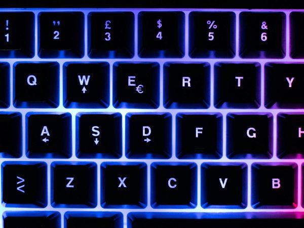 mechaninė klaviatūra su lemputėmis ir pele