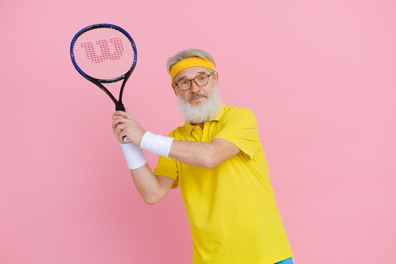 señor con raqueta