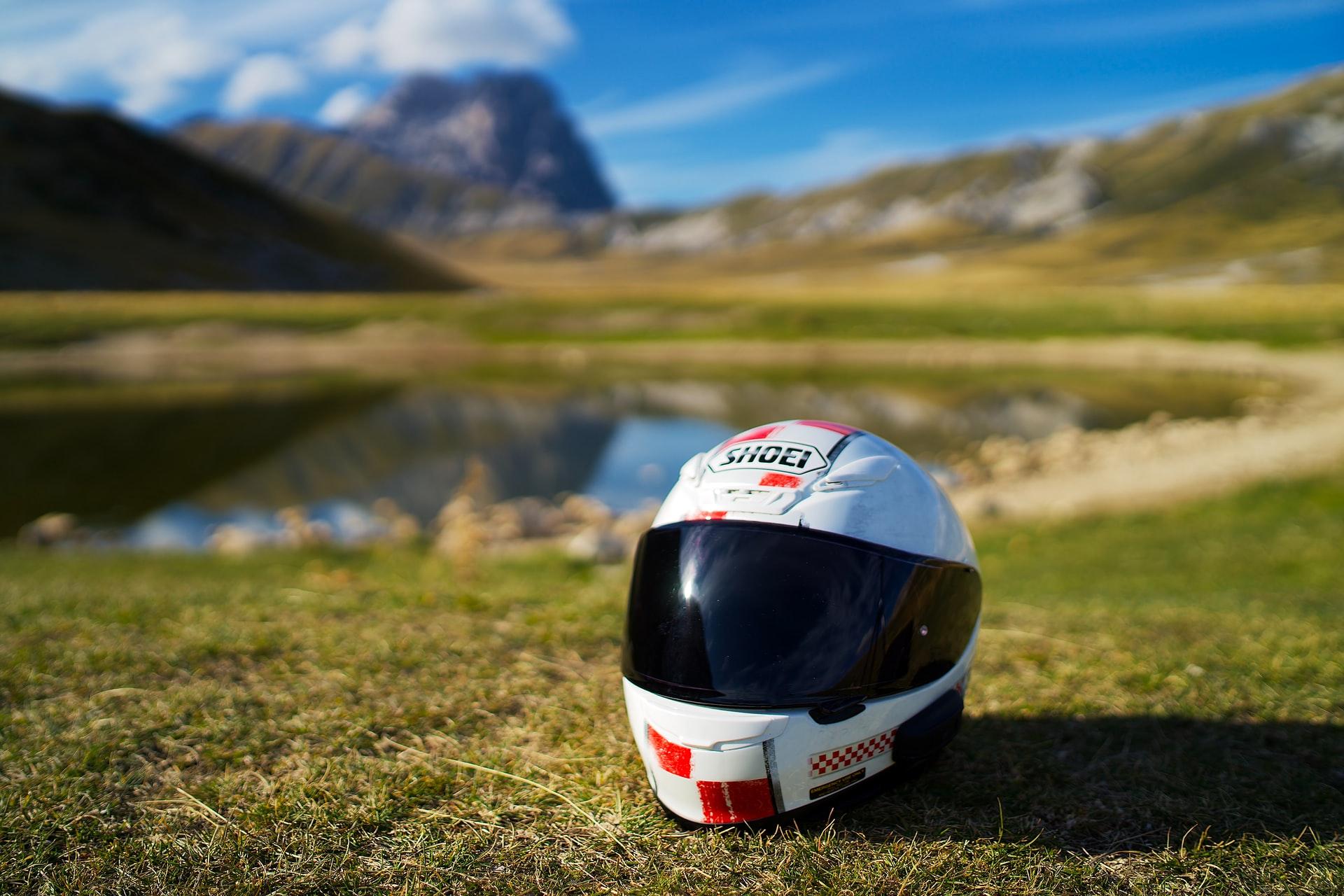 casco de moto en campo