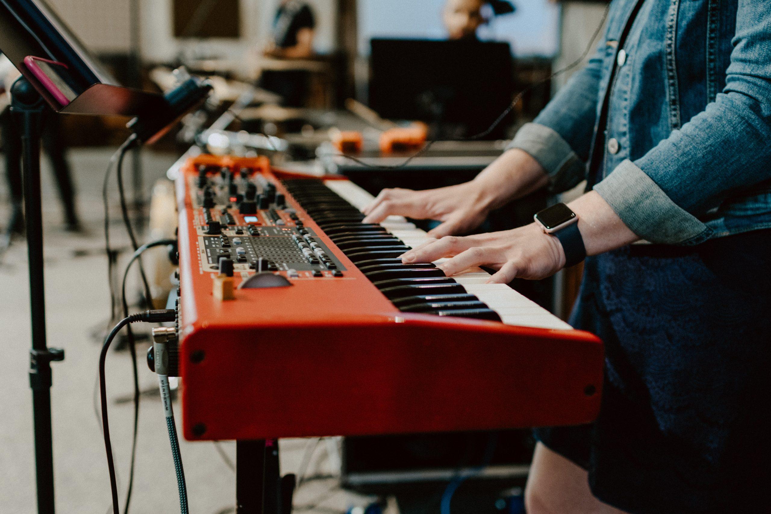 piano electrico rojo