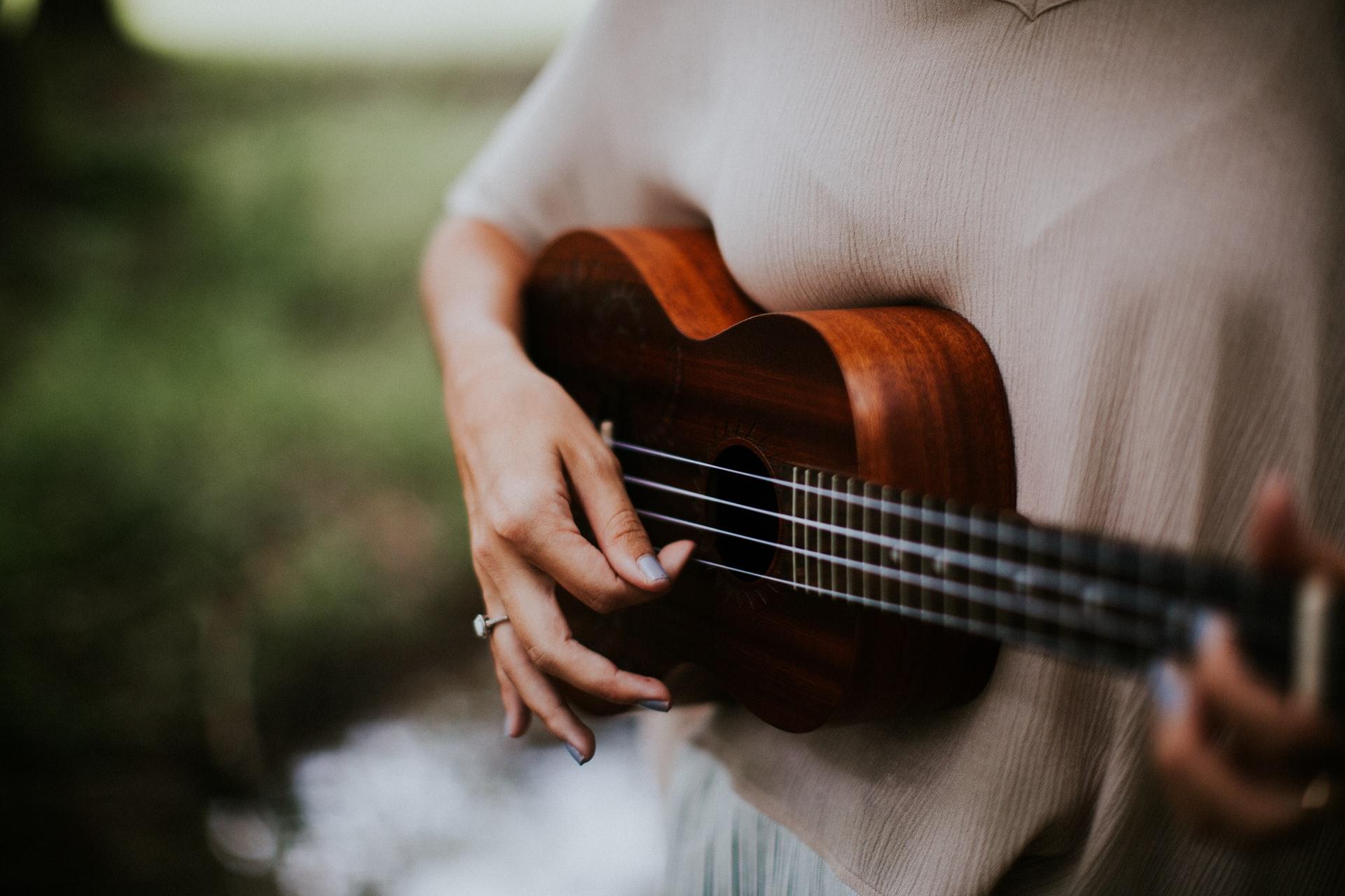 tocando ukelele