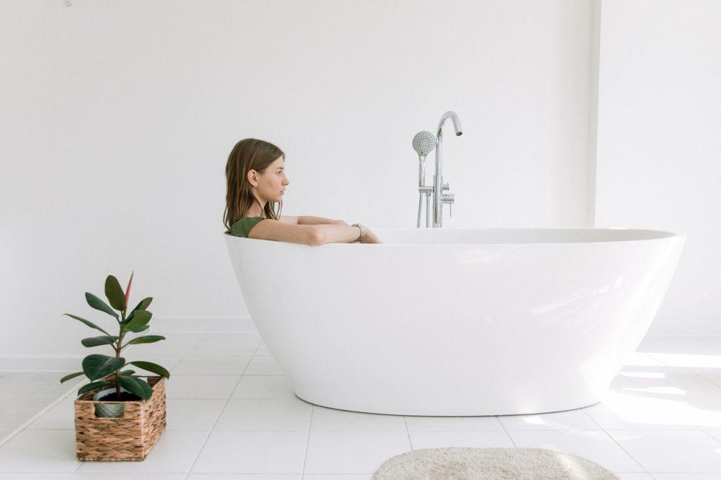 chica en bañera