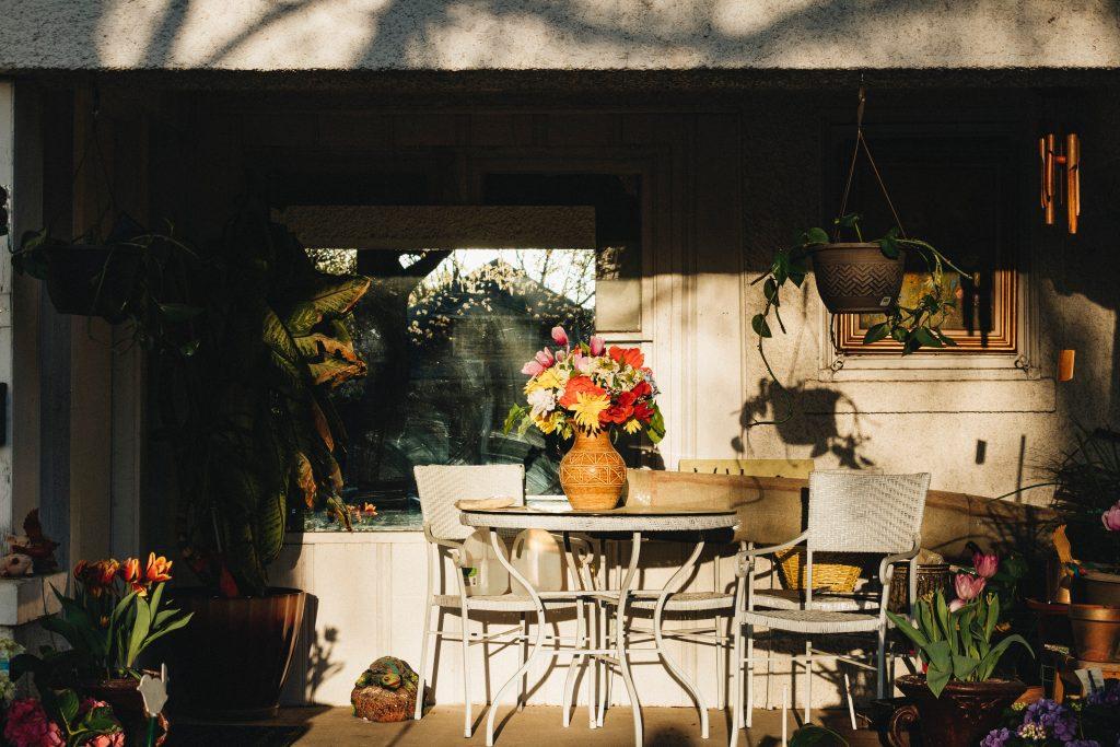 Las mesas redondas extensibles para el jardín están diseñadas con materiales más resistentes a la humedad y condiciones más duras.