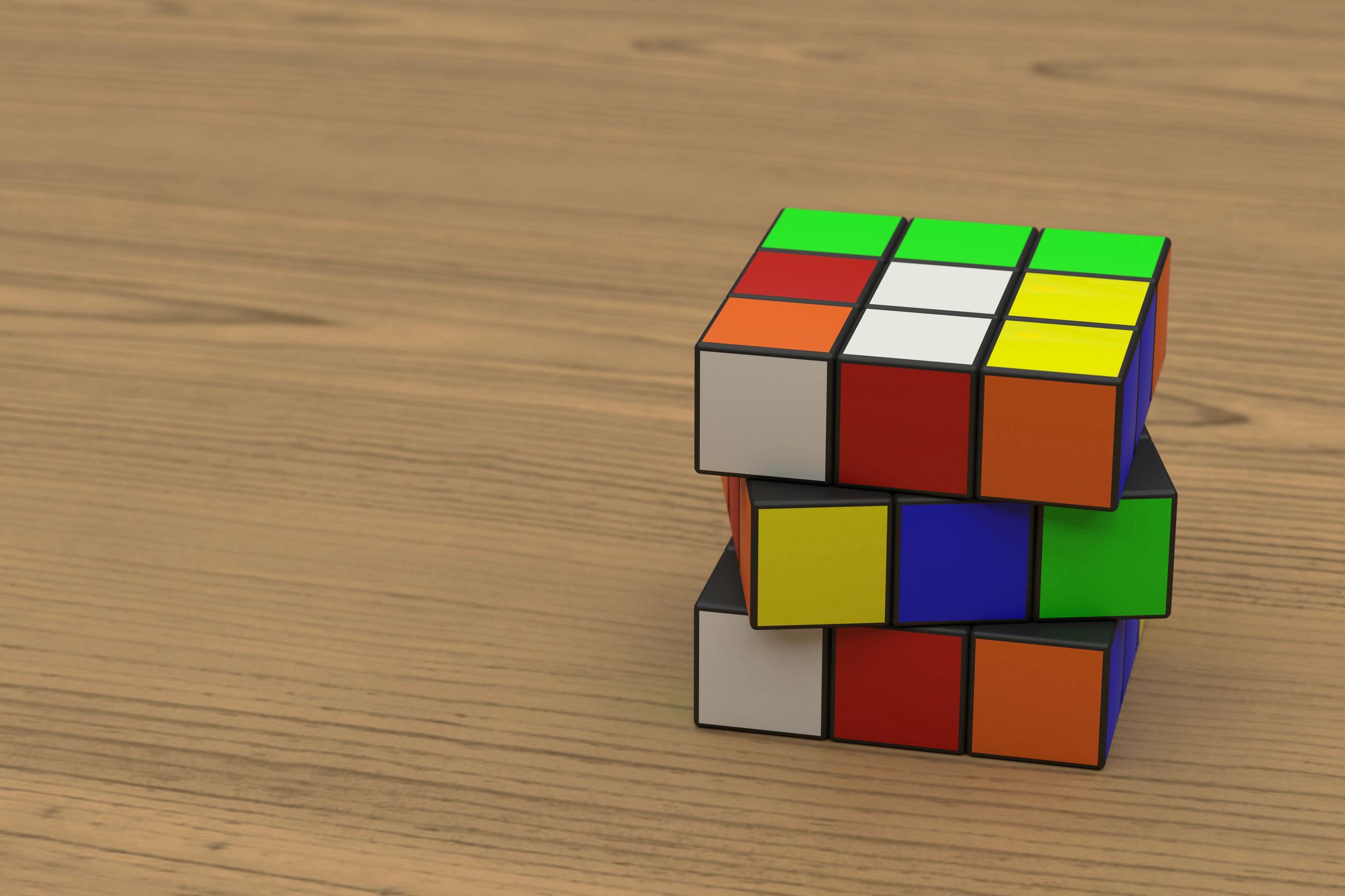 Un cubo de Rubik sobre madera