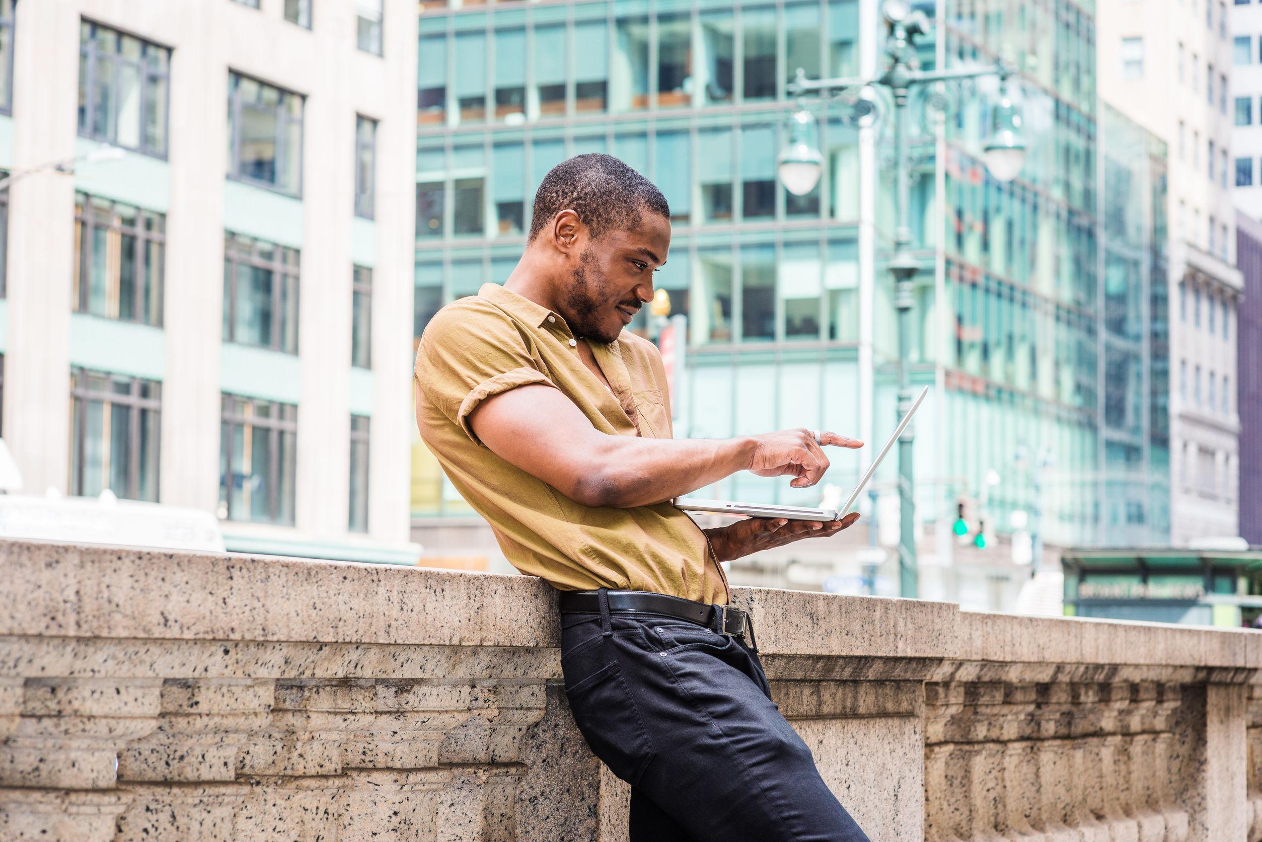 Hombre en la azotea revisando su laptop