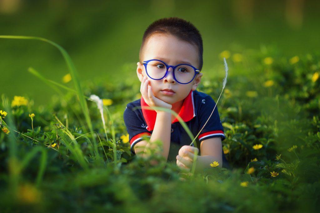 niño al aire libre utilizando gafas