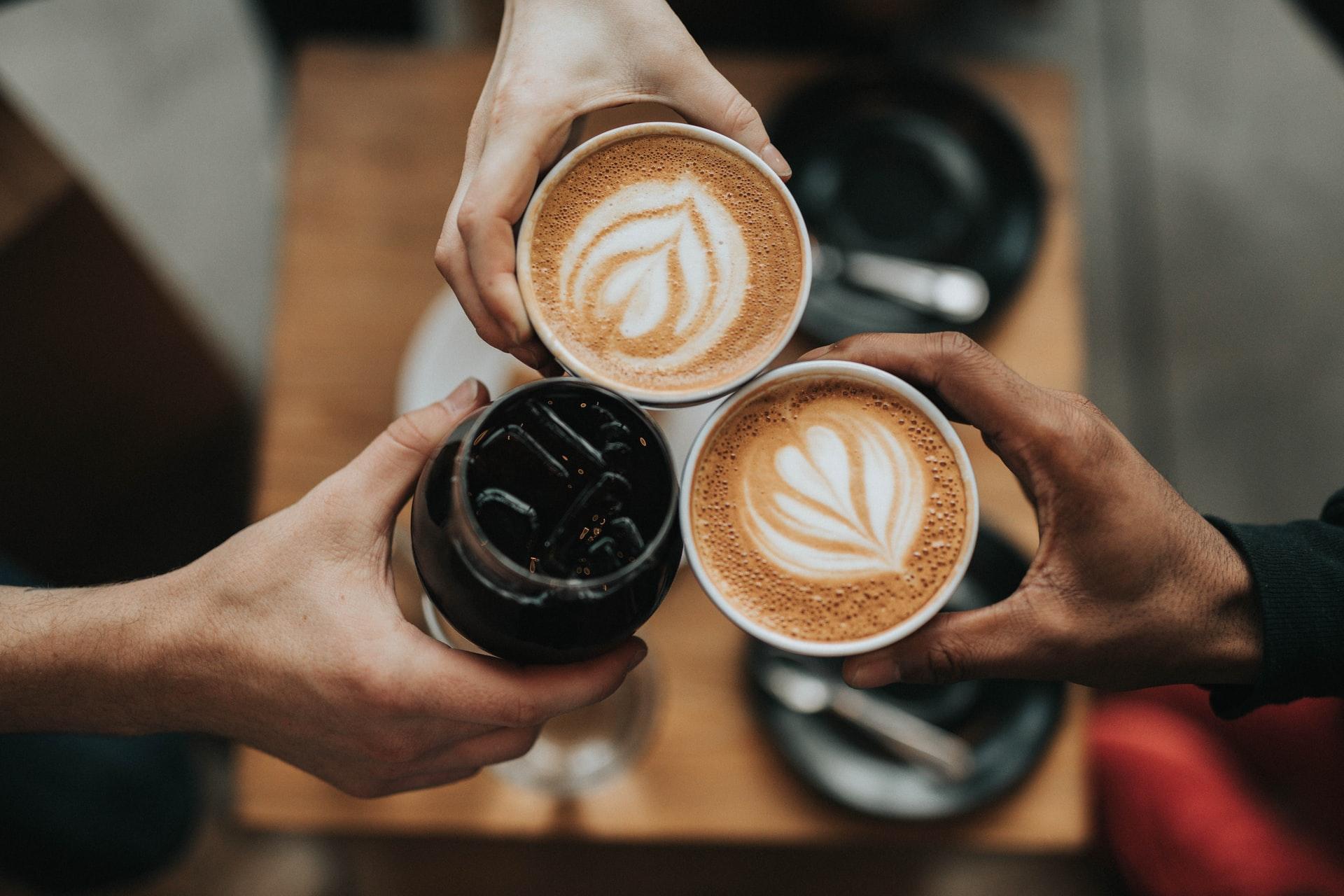 vista desde arriba de tres tazas de cafe