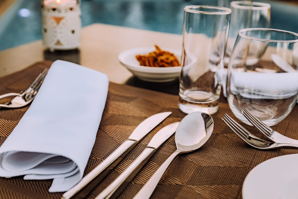 Una mesa elegante no necesariamente tiene que estar sobrecargada de cubiertos.