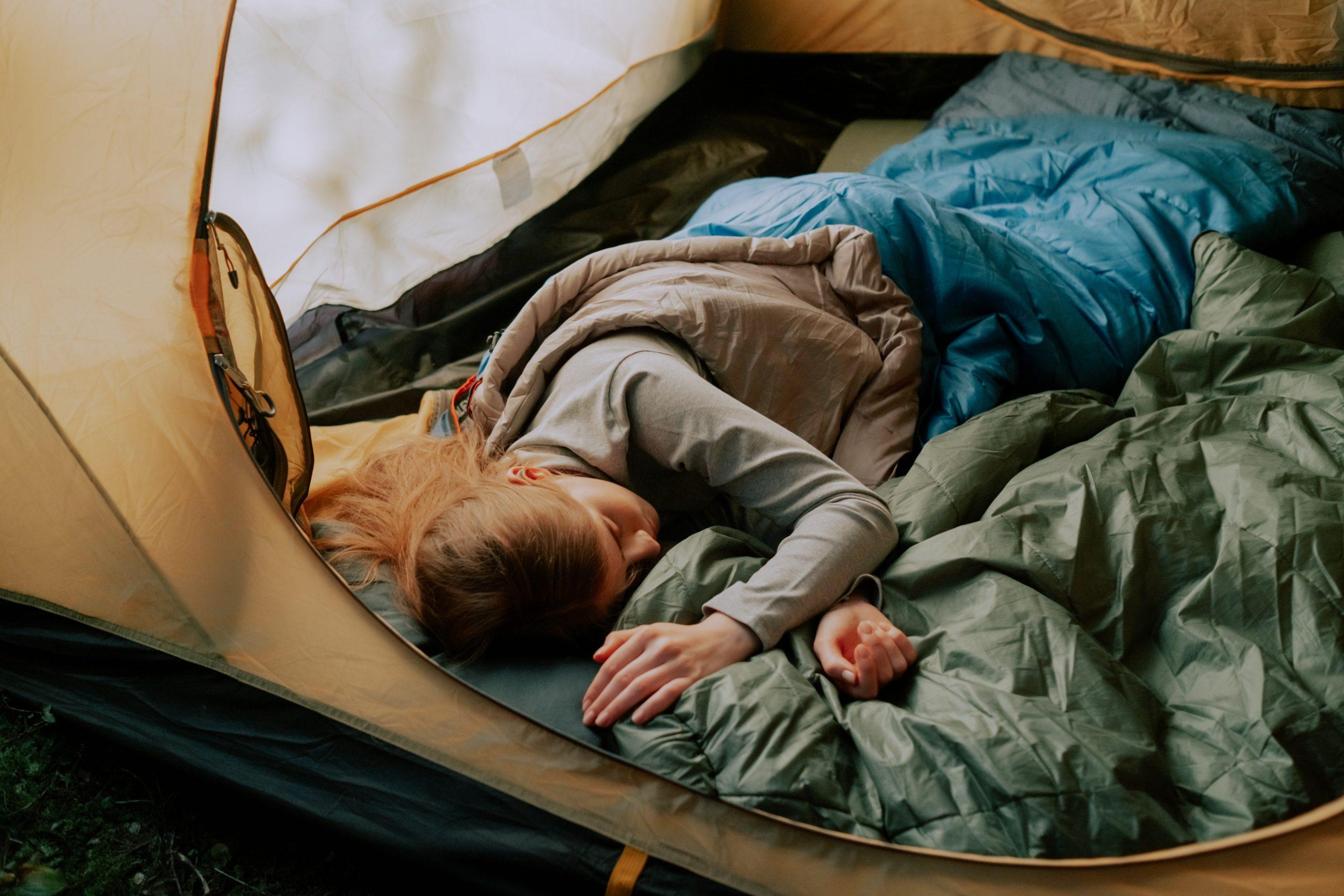 chica en camping