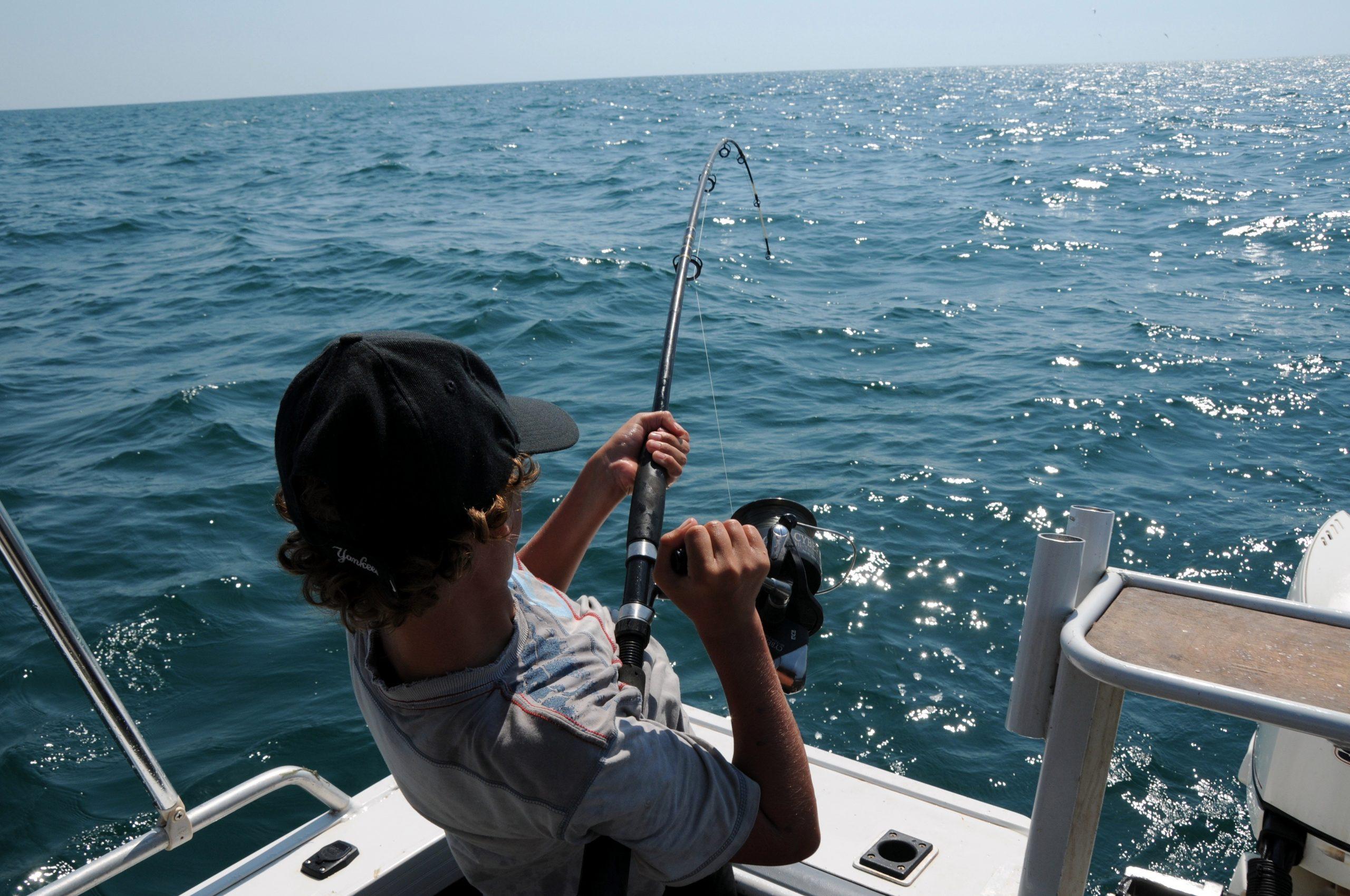 Hombre pescando con caña