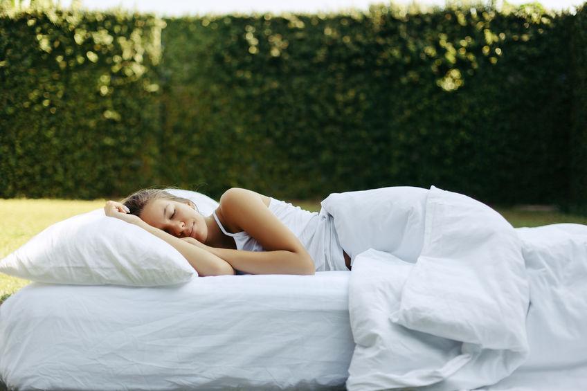 chica durmiendo fuera