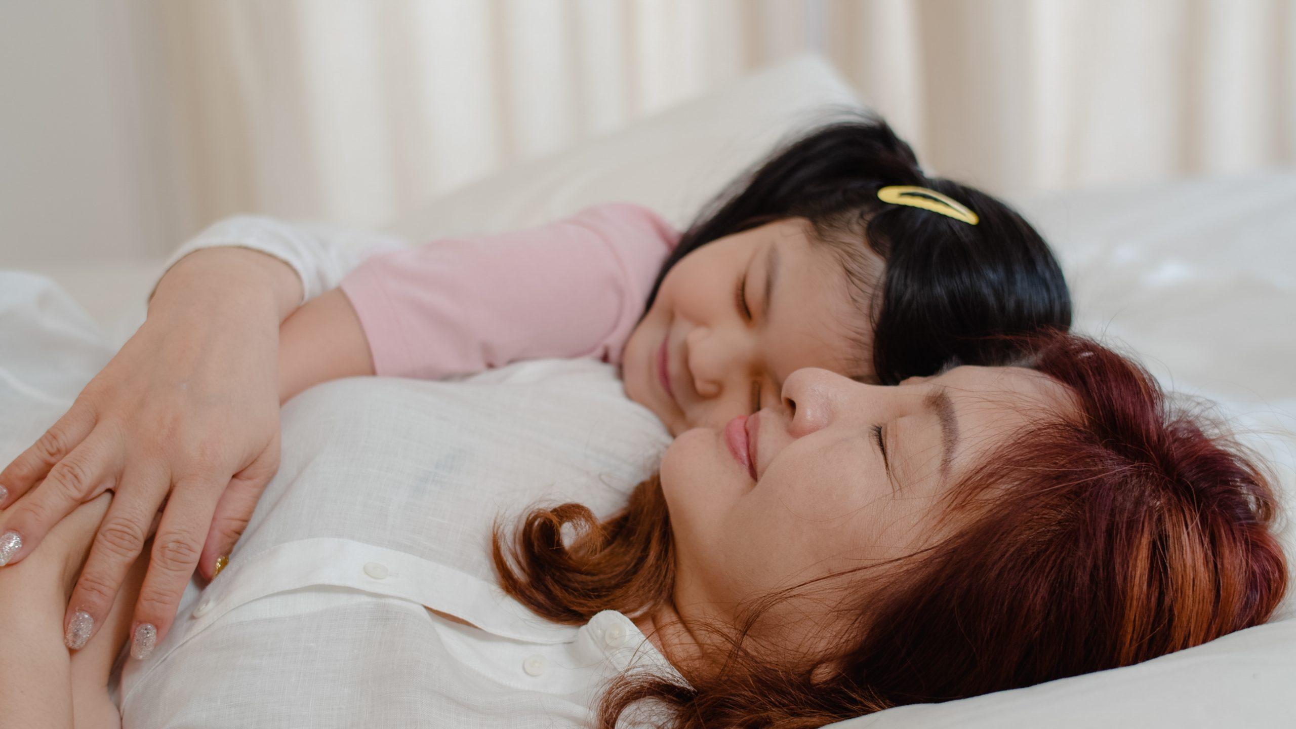 chica con niña