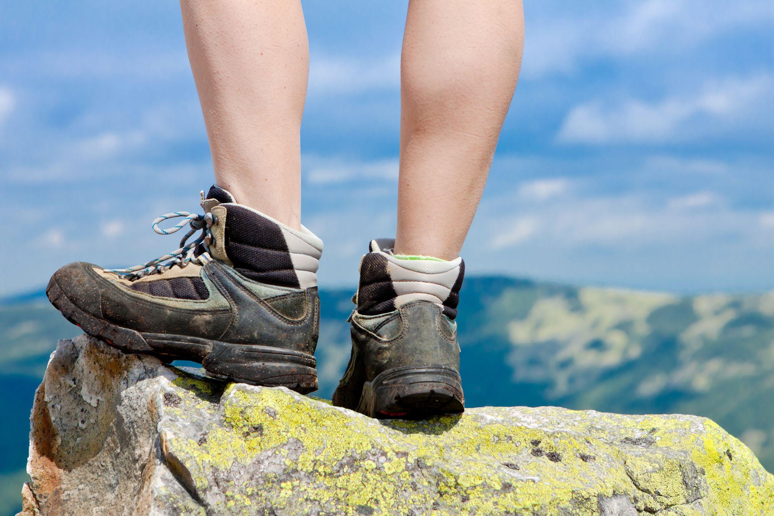 Botas de montaña en la roca