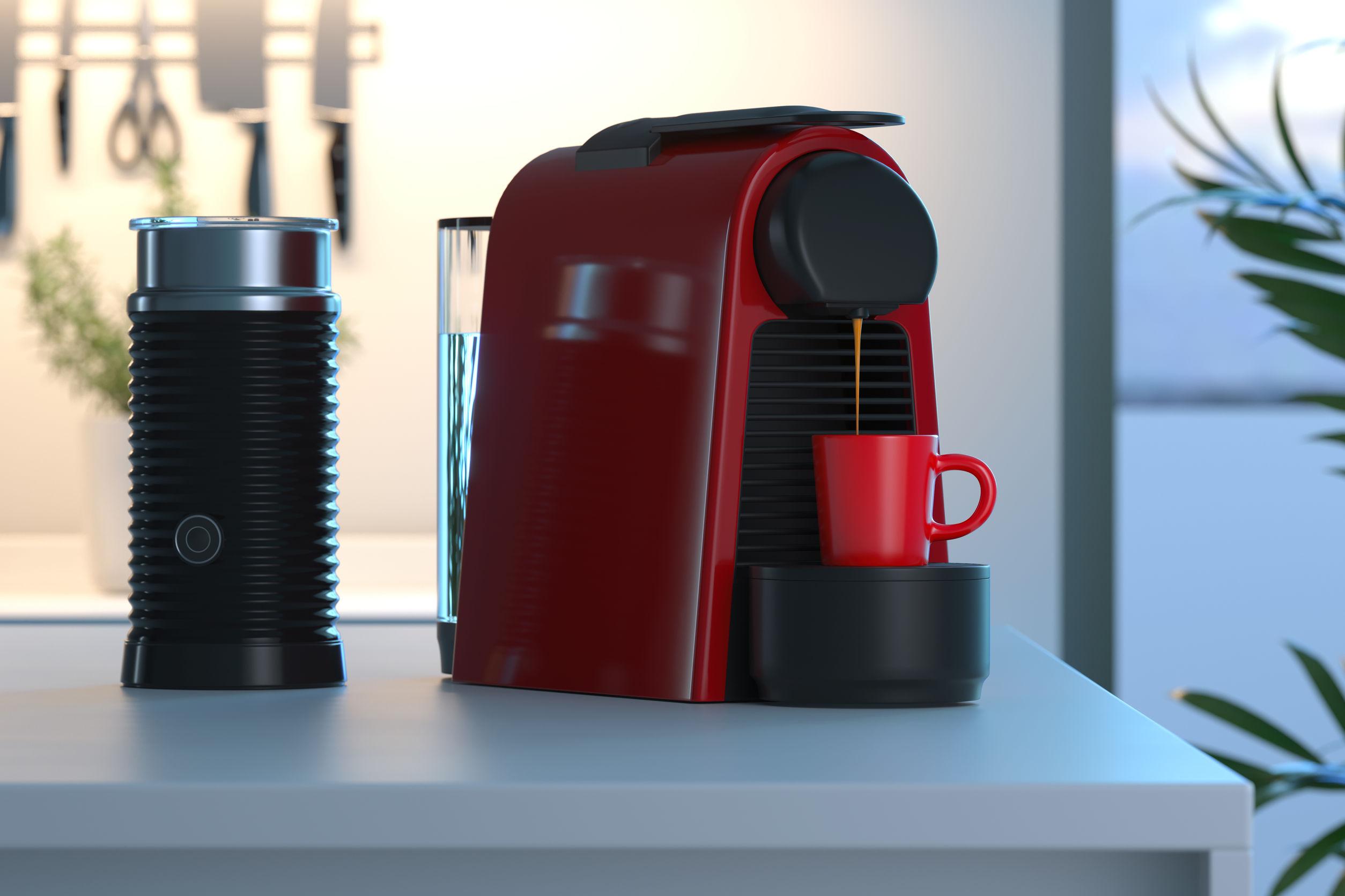 Máquina de cápsulas de café espresso en proceso de hacer café recién hecho