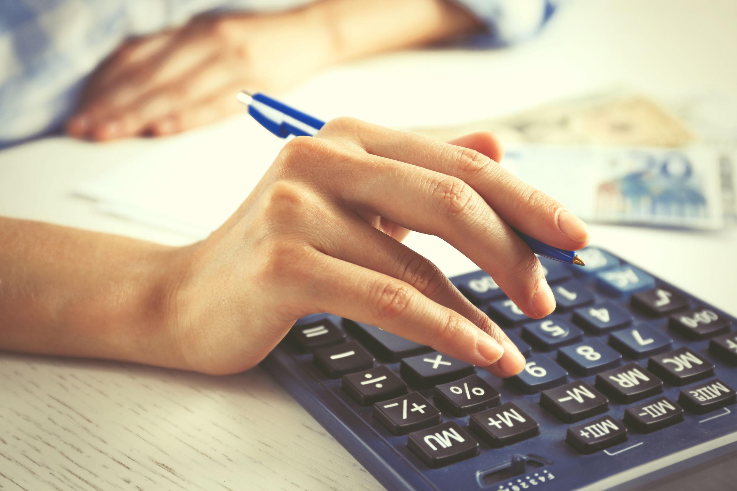 Persona trabajando con calculadora