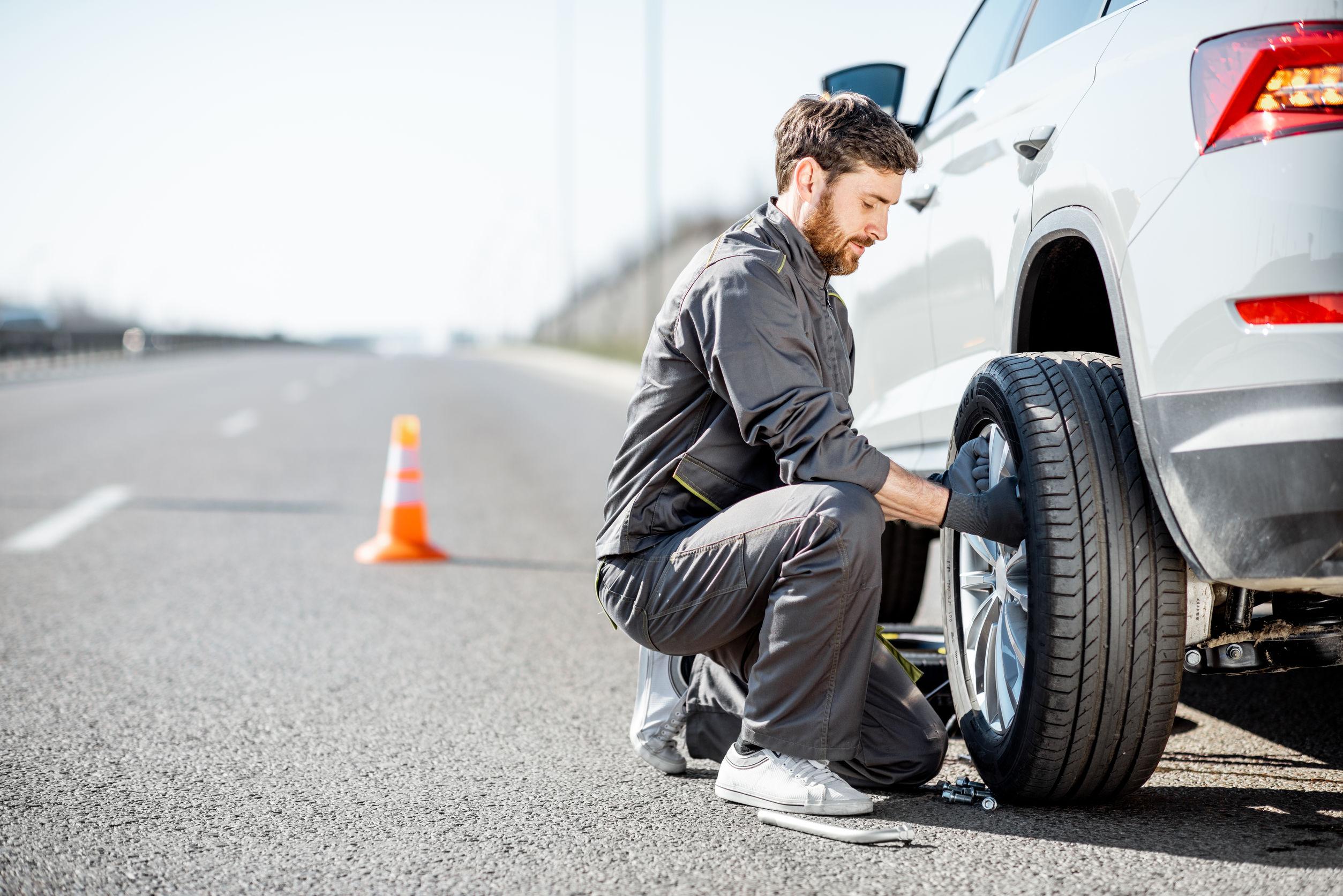 Hombre cambiando neumático