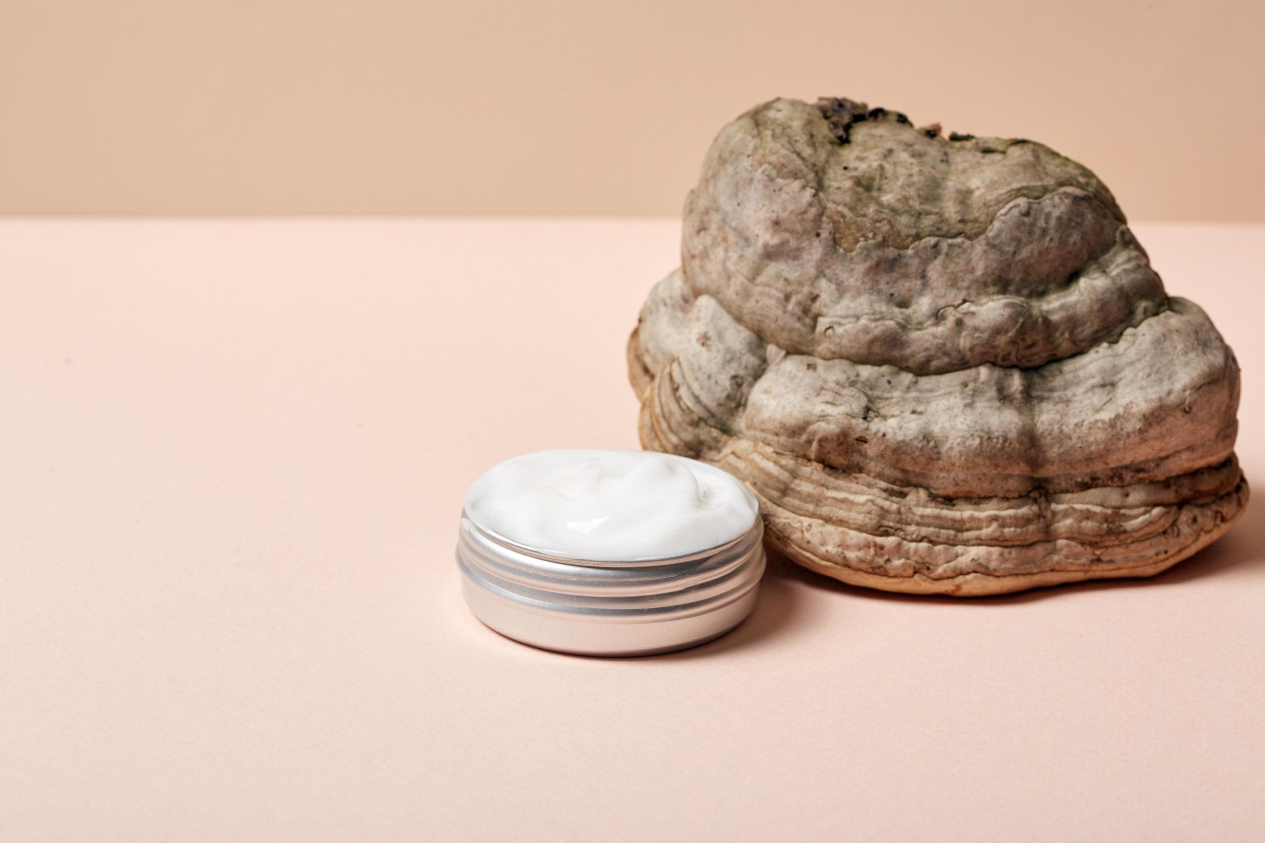 Crema cosmética blanca pura sensible de textura ligera con oxígeno
