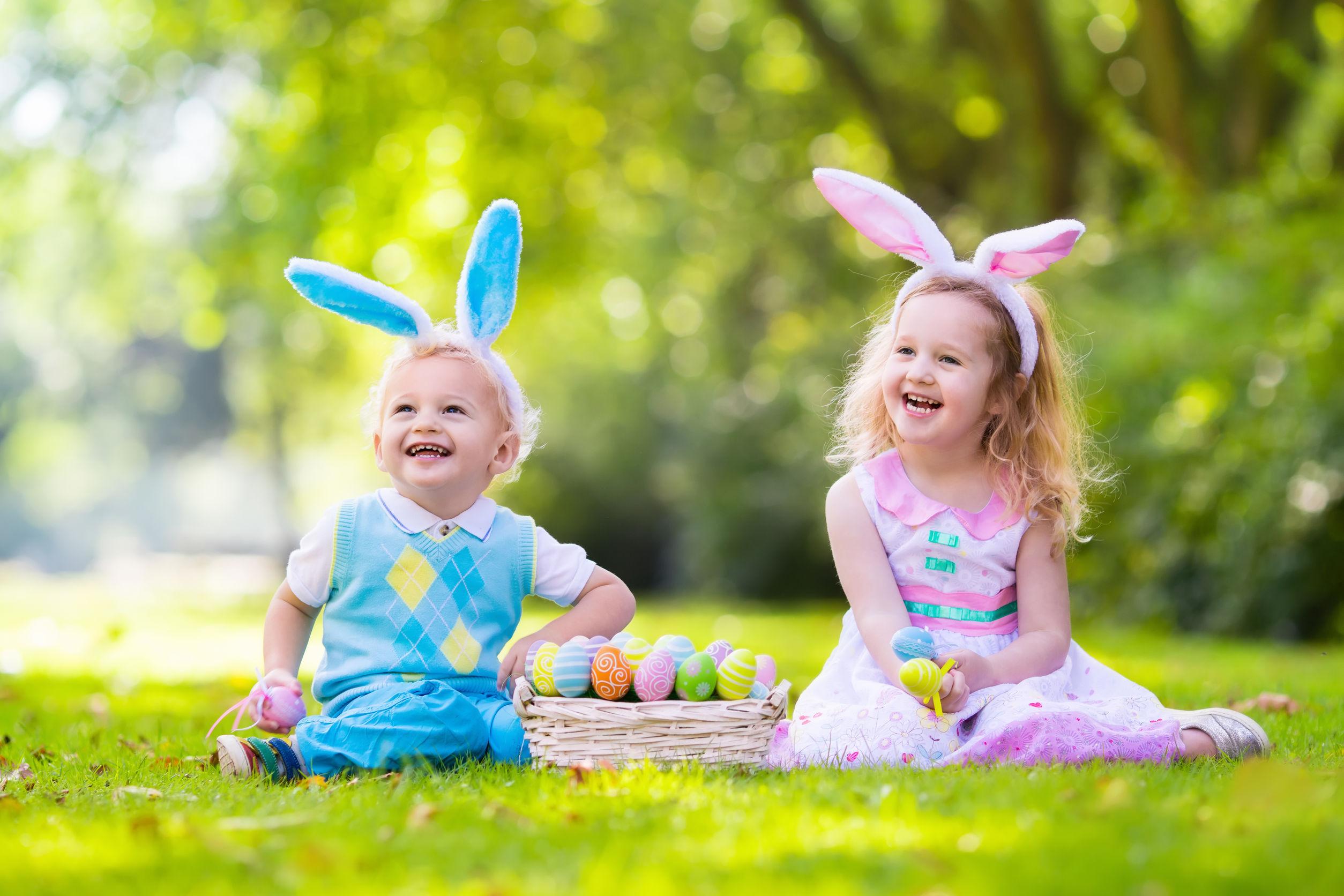 Los niños en orejas de conejo y difraz de conejo