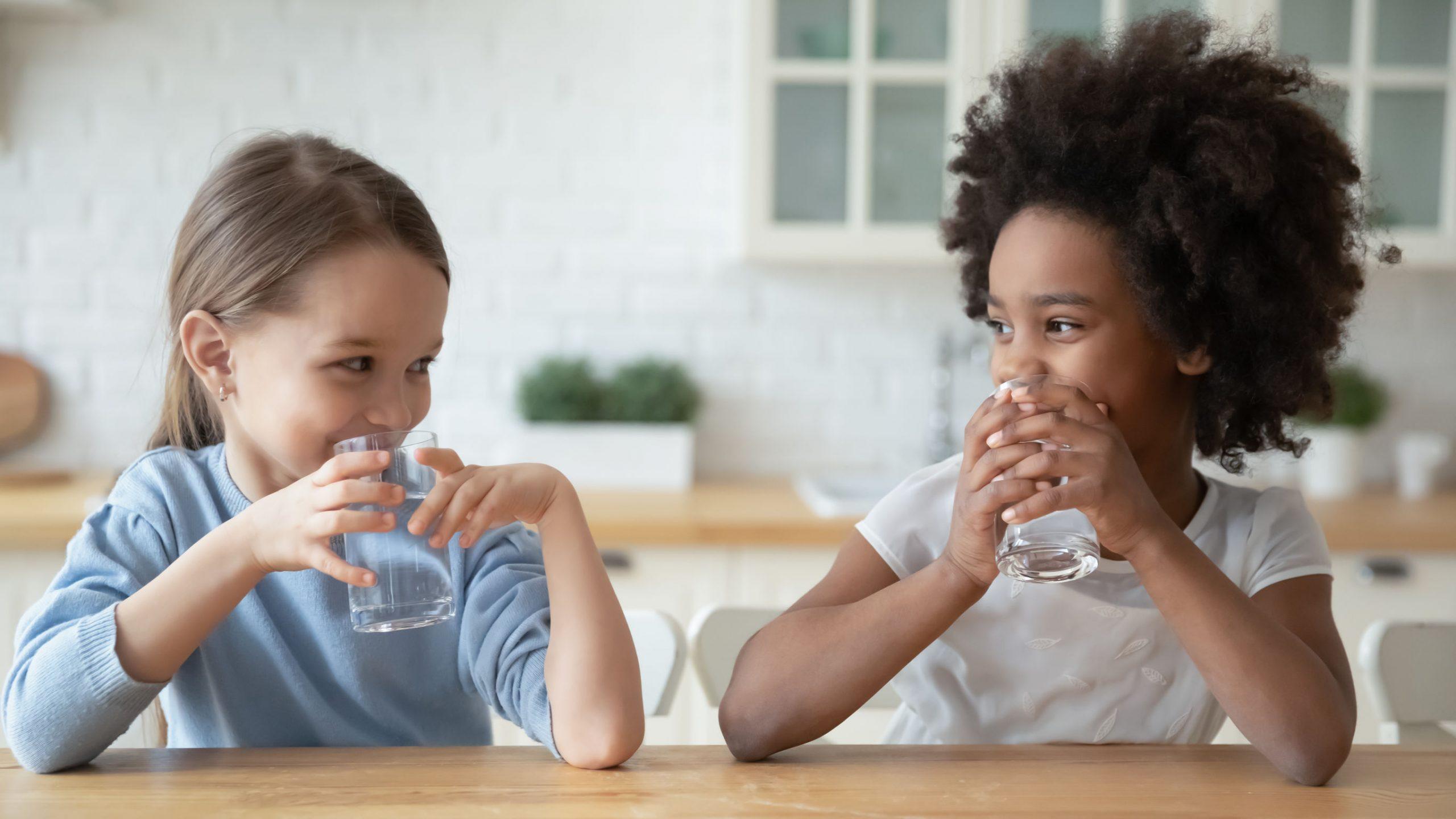 Dos niñas bebiendo agua