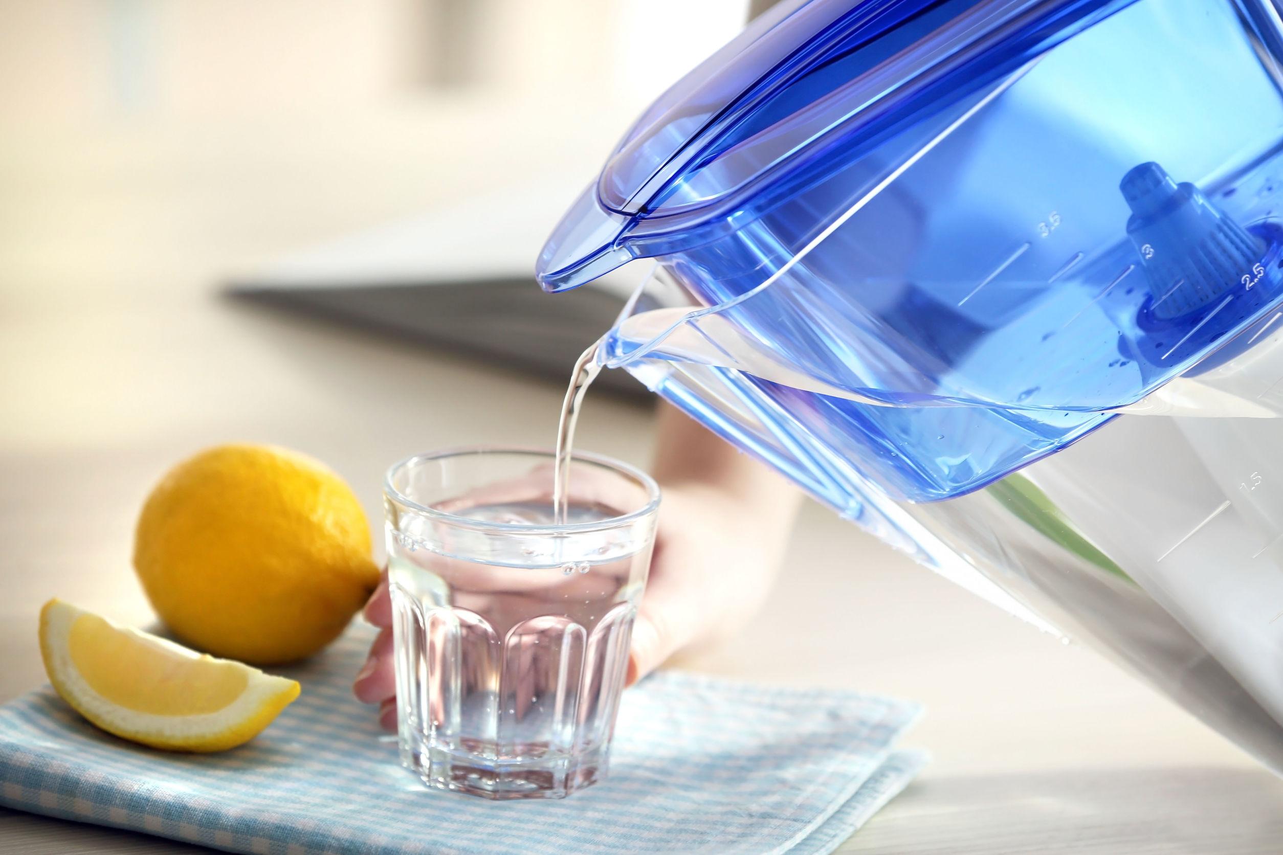 Jarra sirviendo agua en un vaso