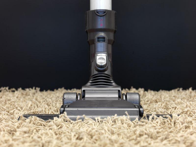 alfombra con aspiradora
