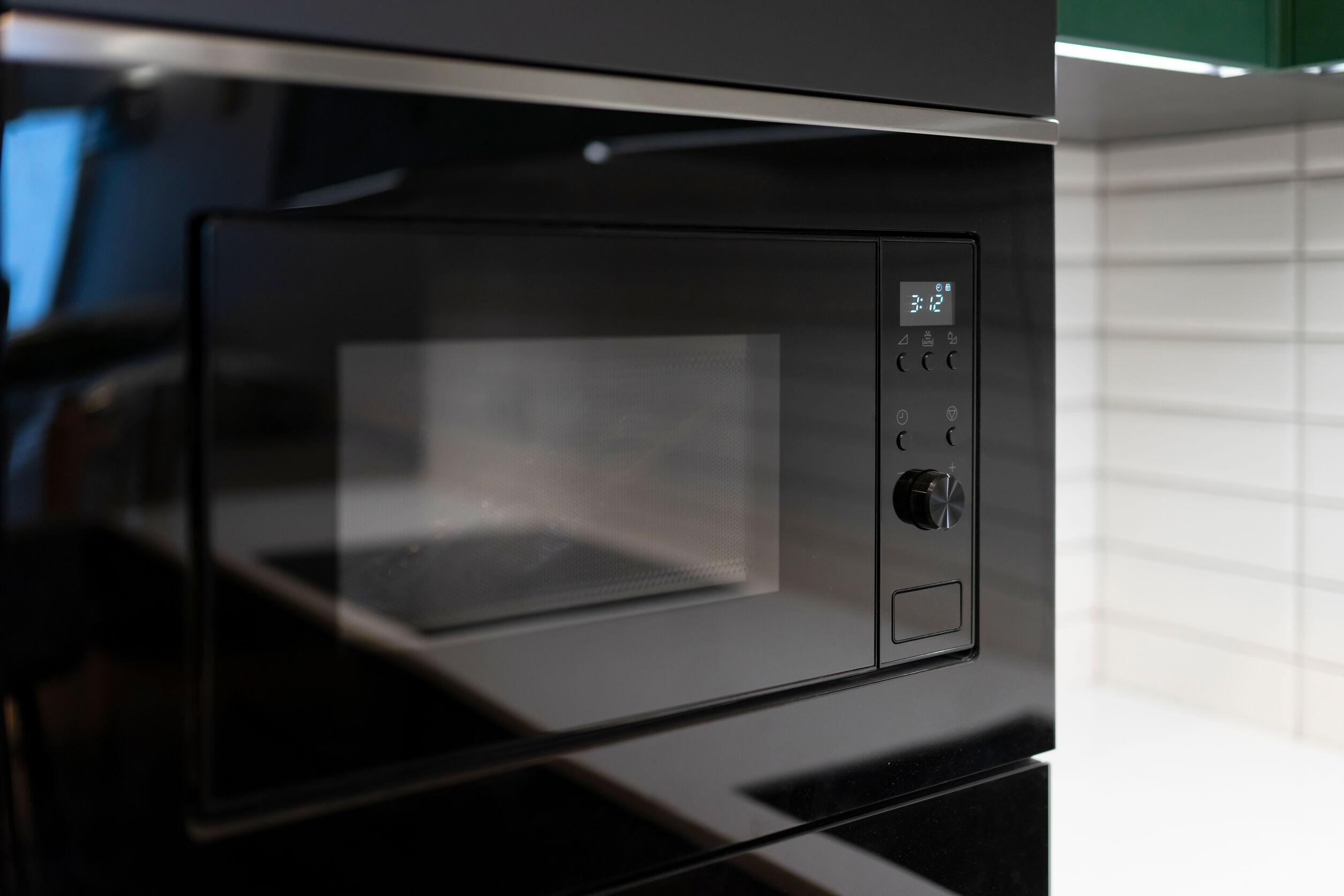 Microondas empotrado en cocina moderna