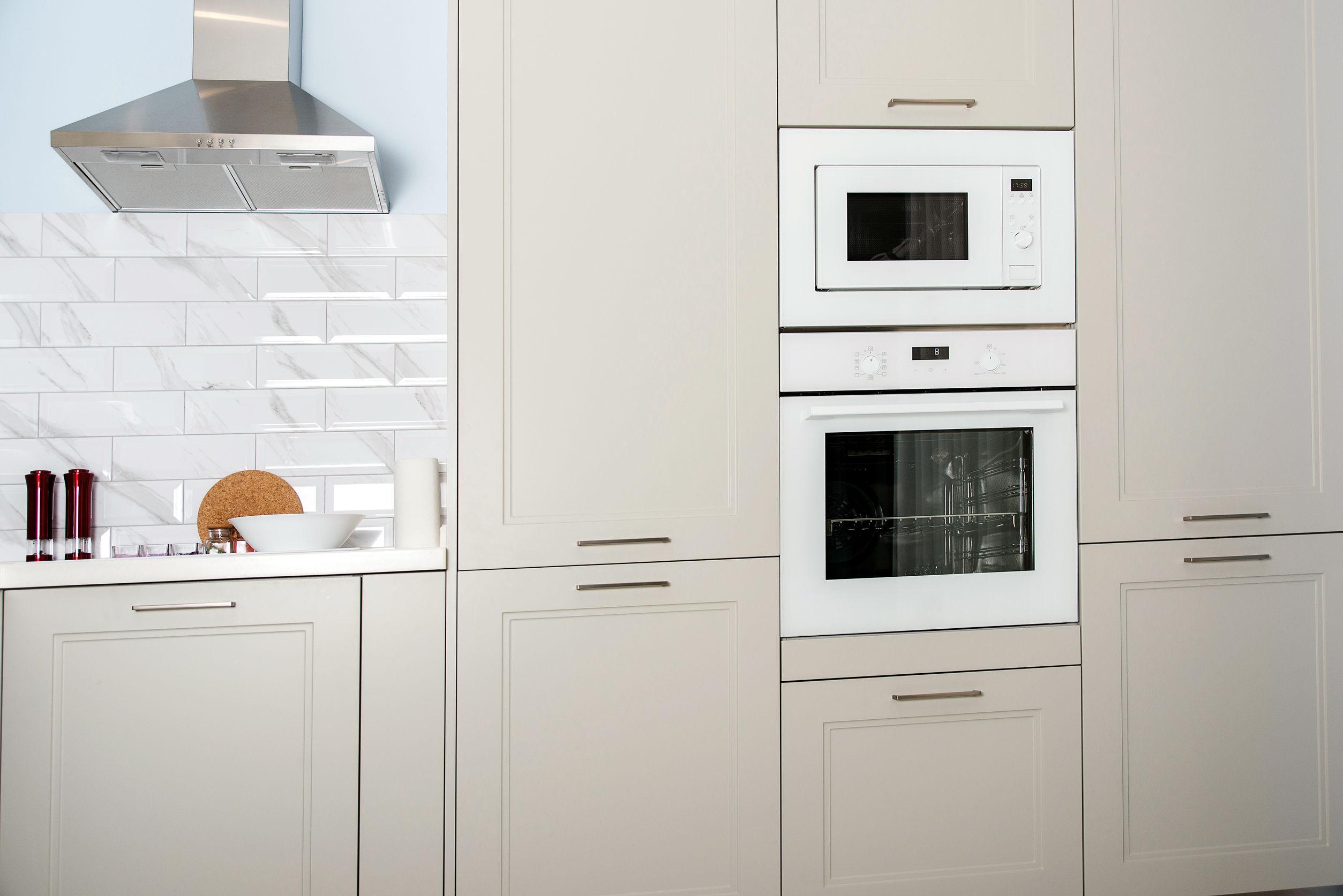 Electrodomésticos de cocina empotrados en un interior de lujo