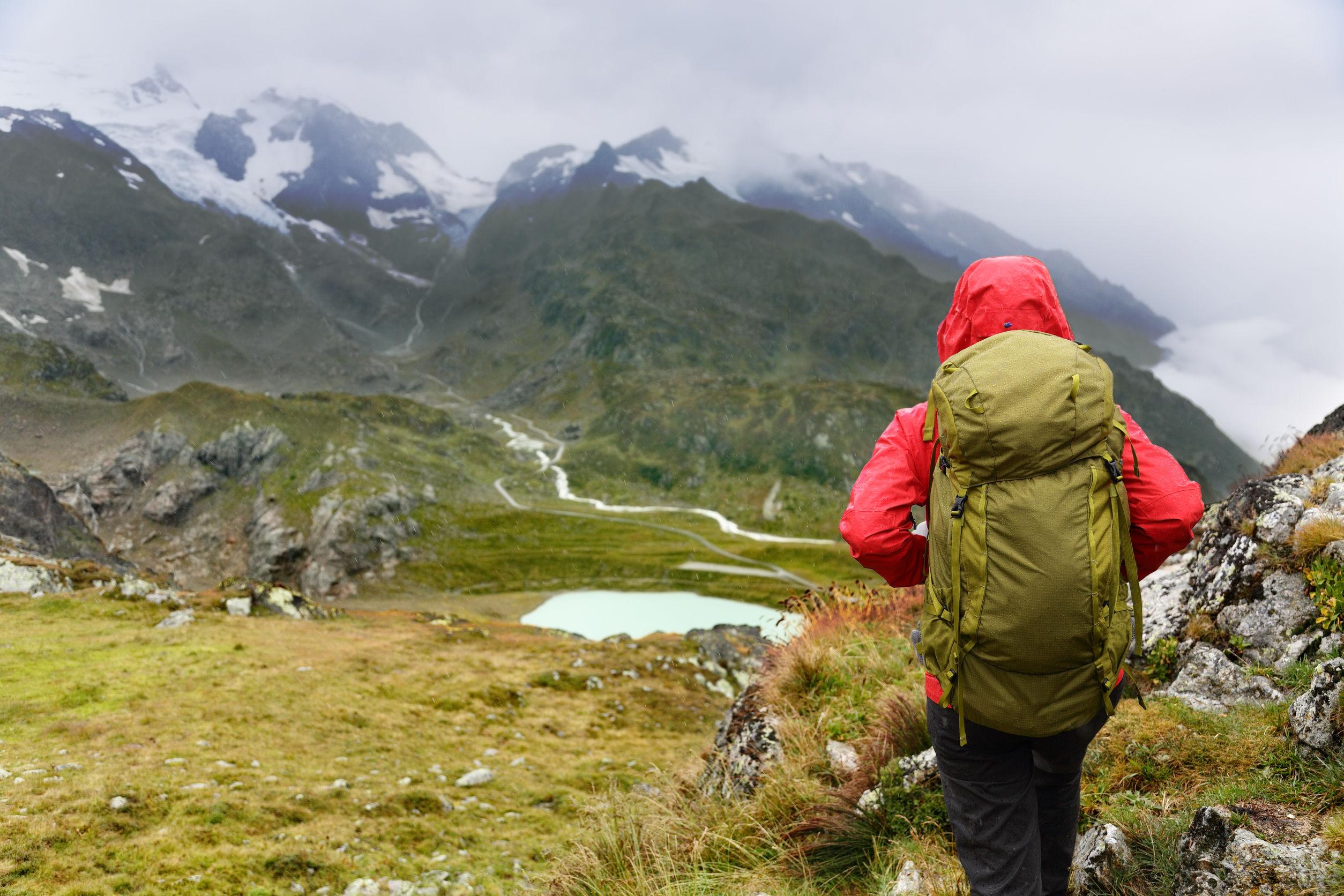 mujer caminante en caminata con mochila vivir el estilo de vida saludable y activo