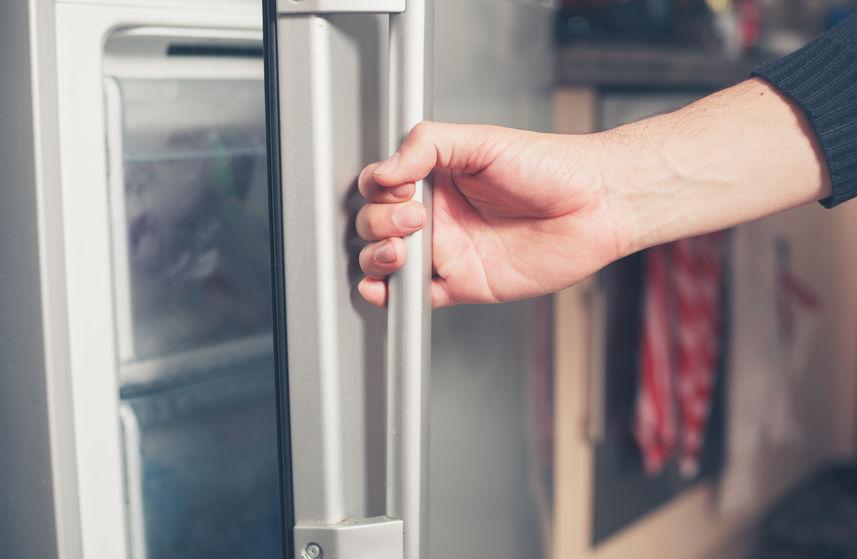 abriendo refrigerador