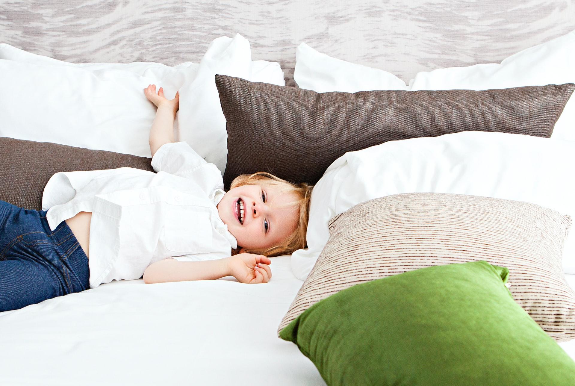 niño entre almohadas