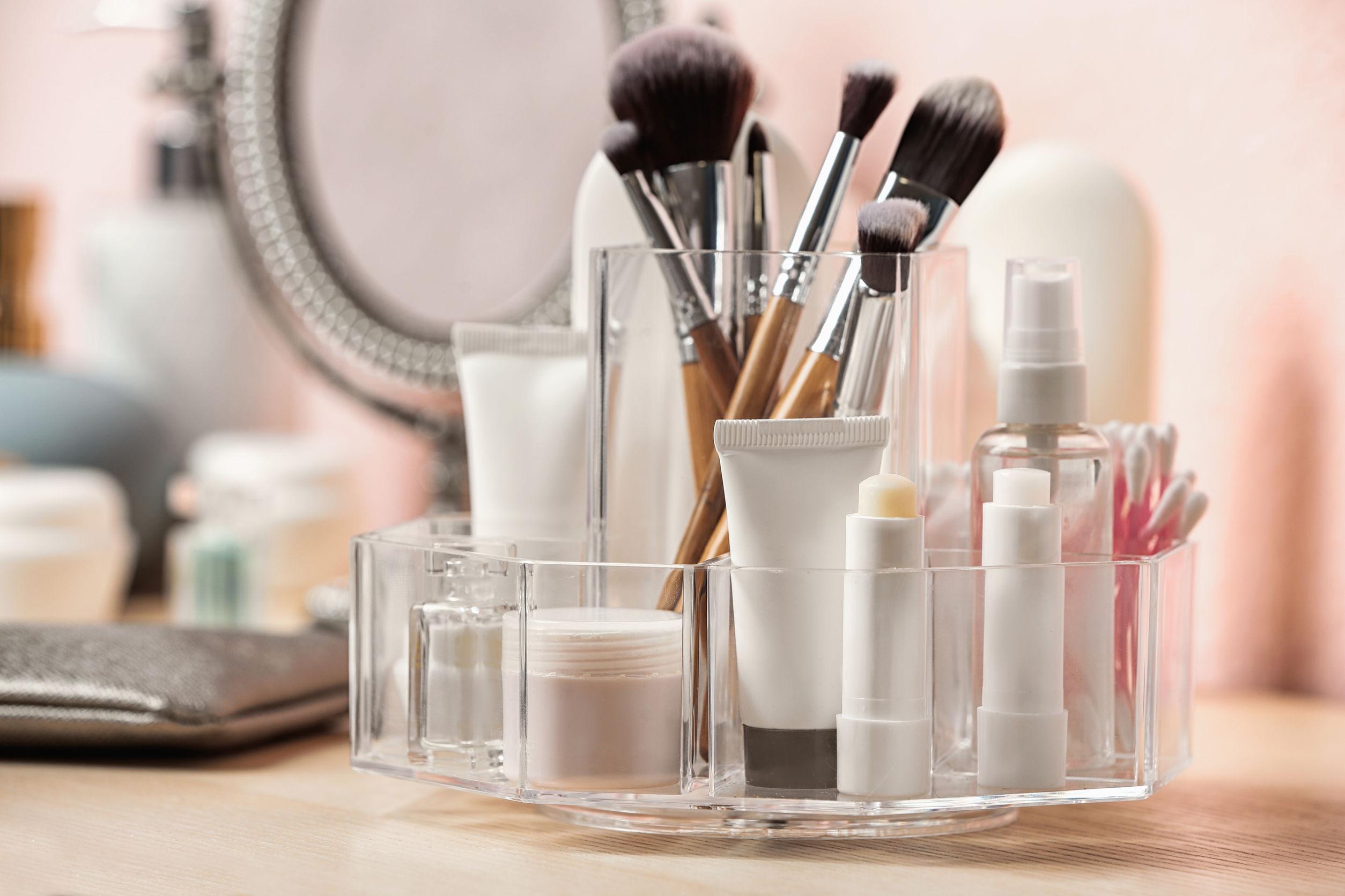 Conjunto de productos cosméticos para el cuidado del cuerpo en el tocador