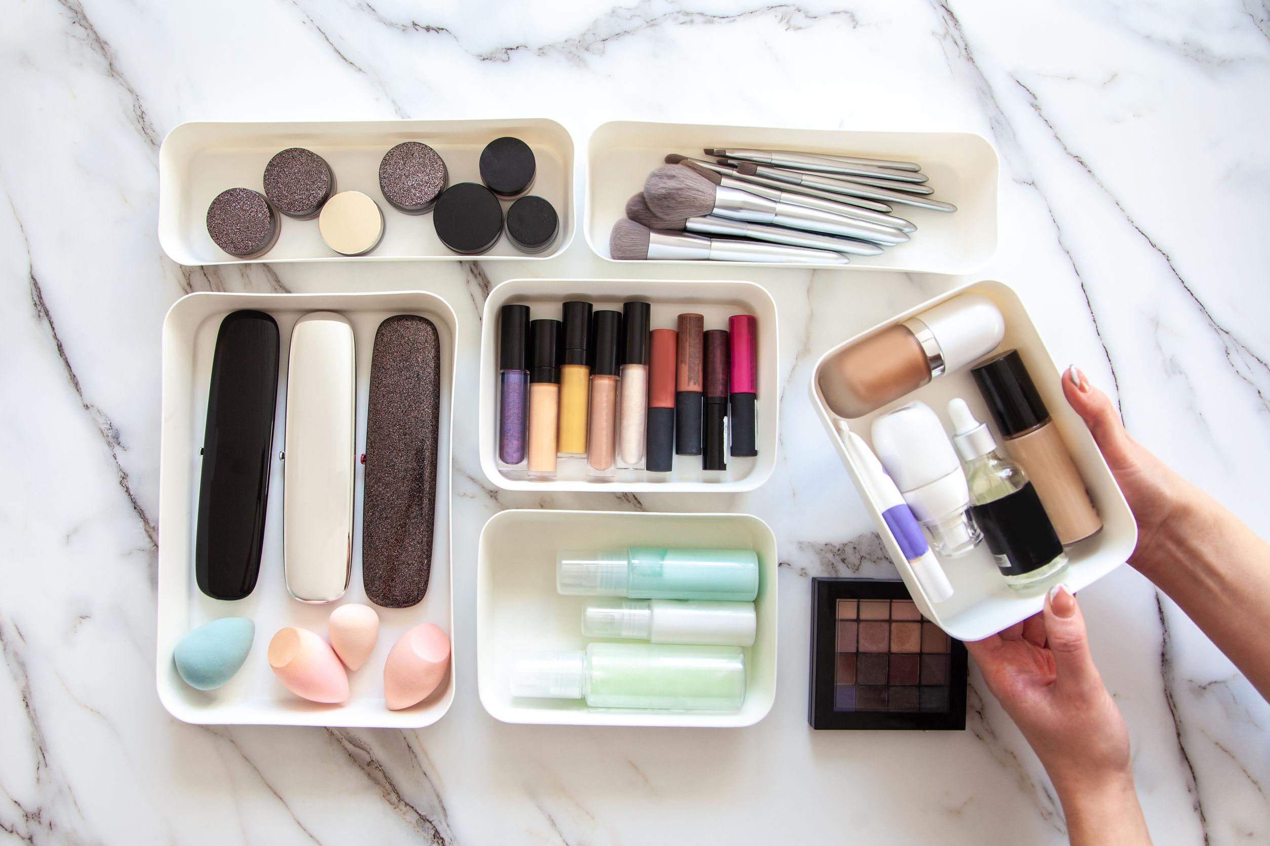Un organizador de maquillaje ordena tus cosméticos a conveniencia