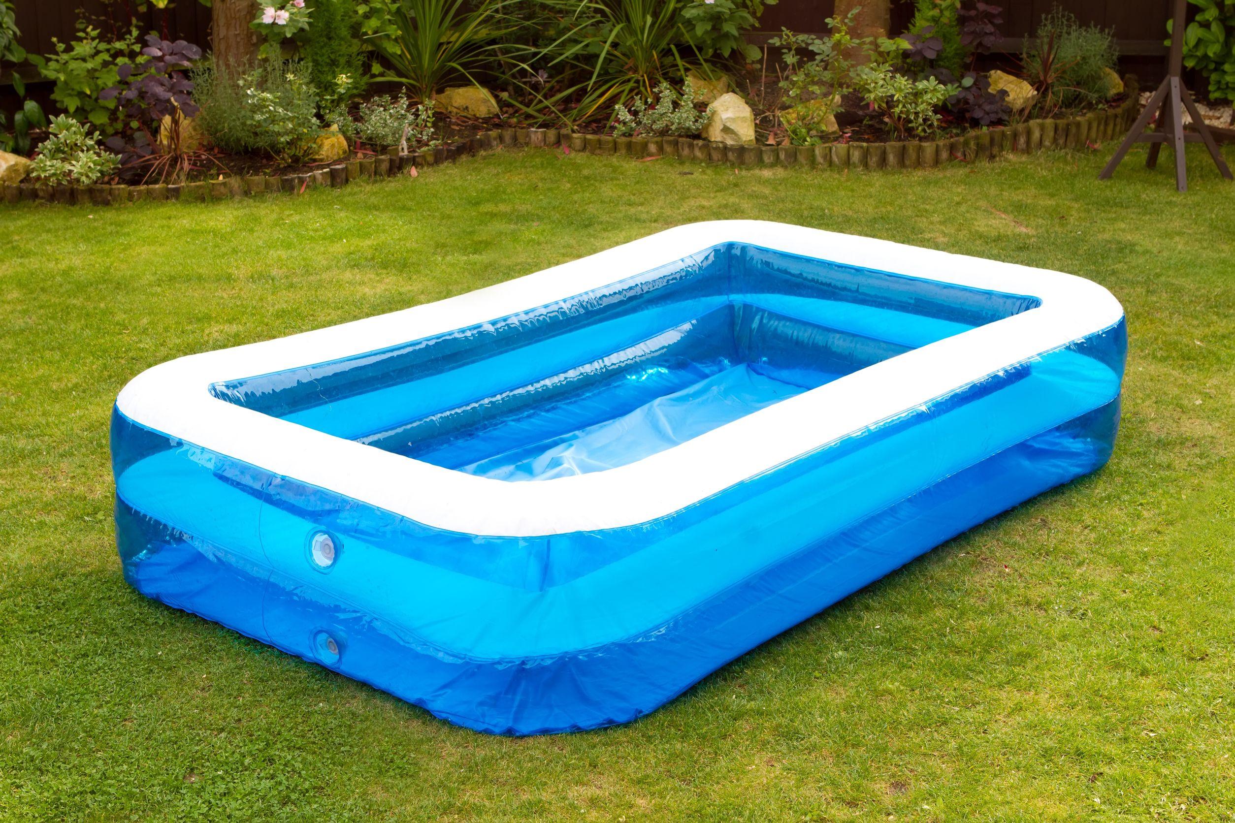 Una piscina inflable en un jardín Inglés