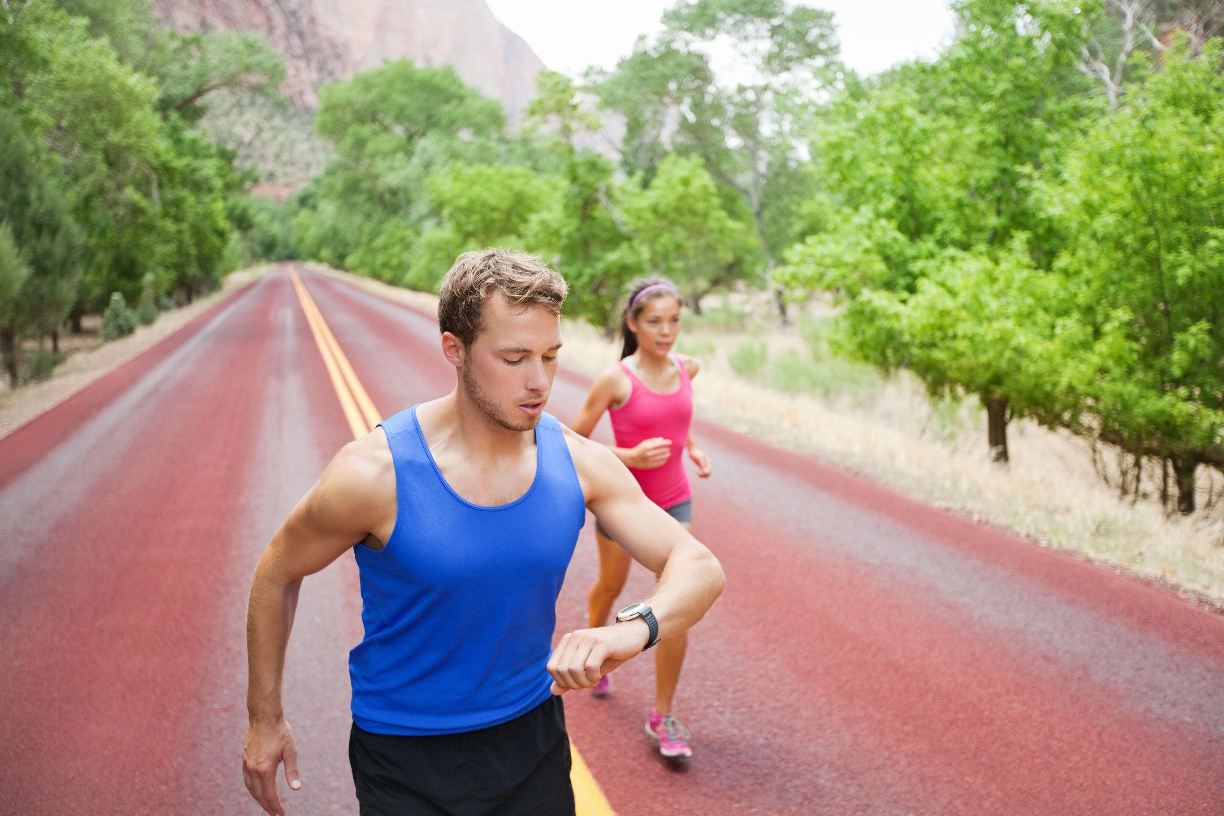 Hombre corriendo mirando su smartwatch