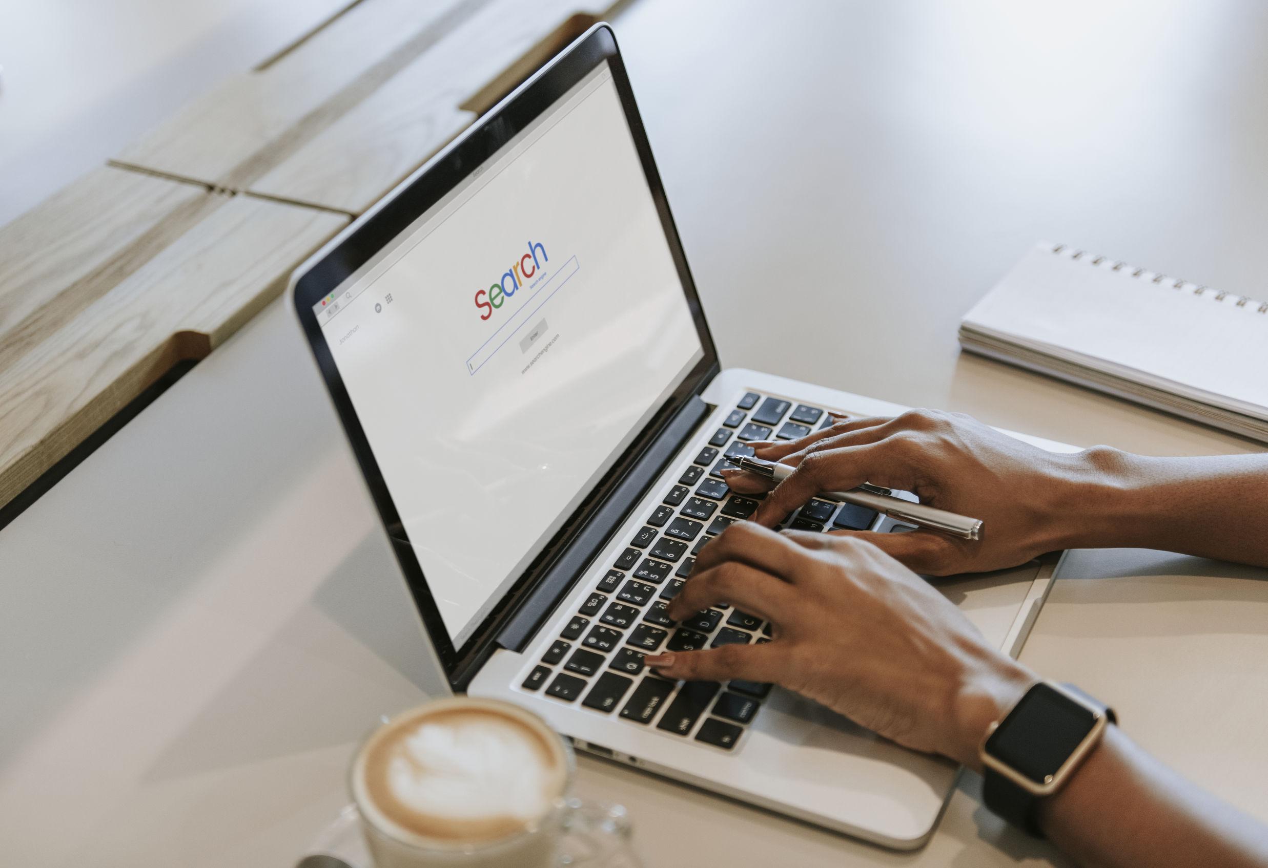 persona trabajando en laptop con smartwatch