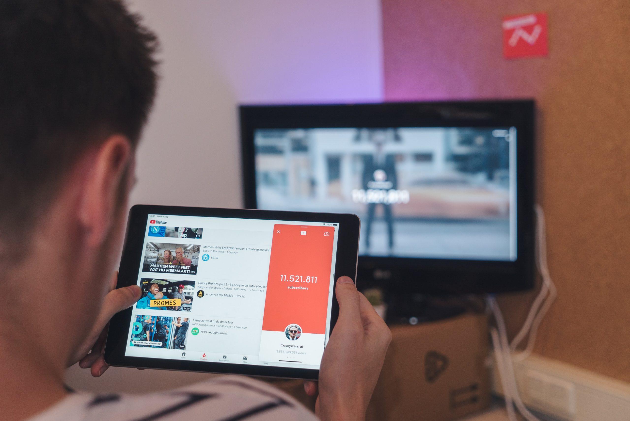 Persona sincronizando tablet con smart TV