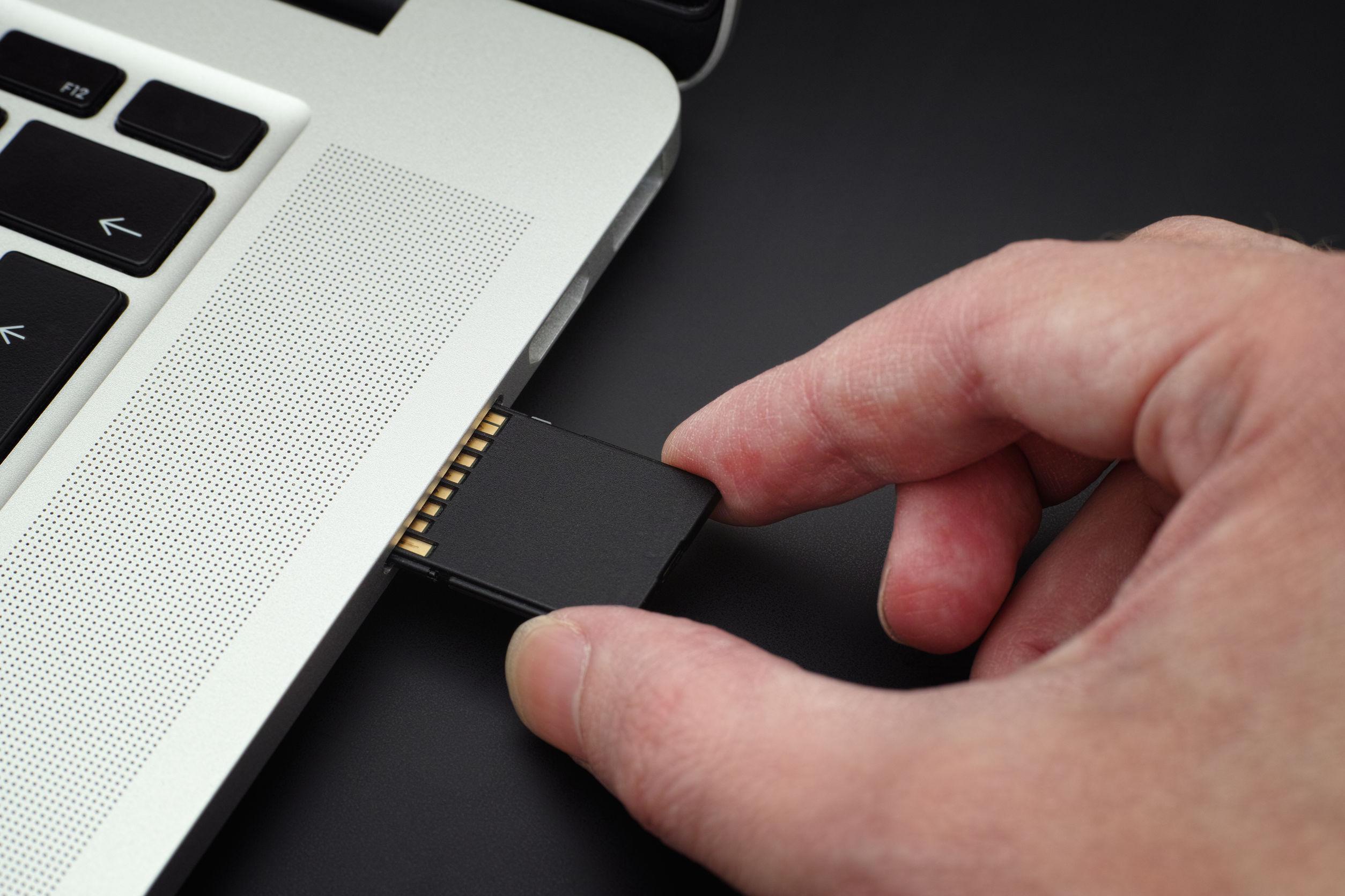 Inserción de la tarjeta SD en un ordenador portátil