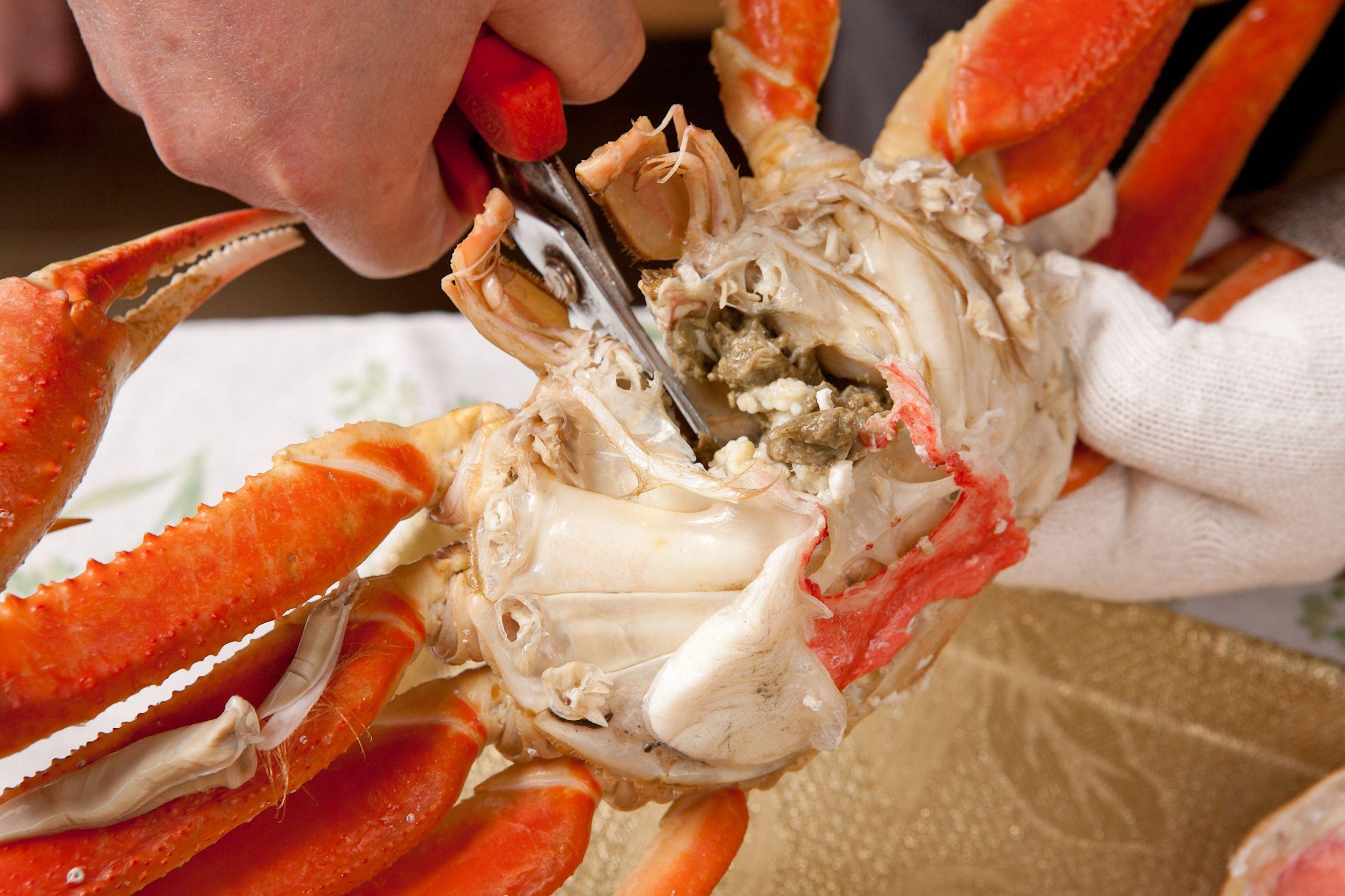 Tijeras de cocina cortando cangrejos