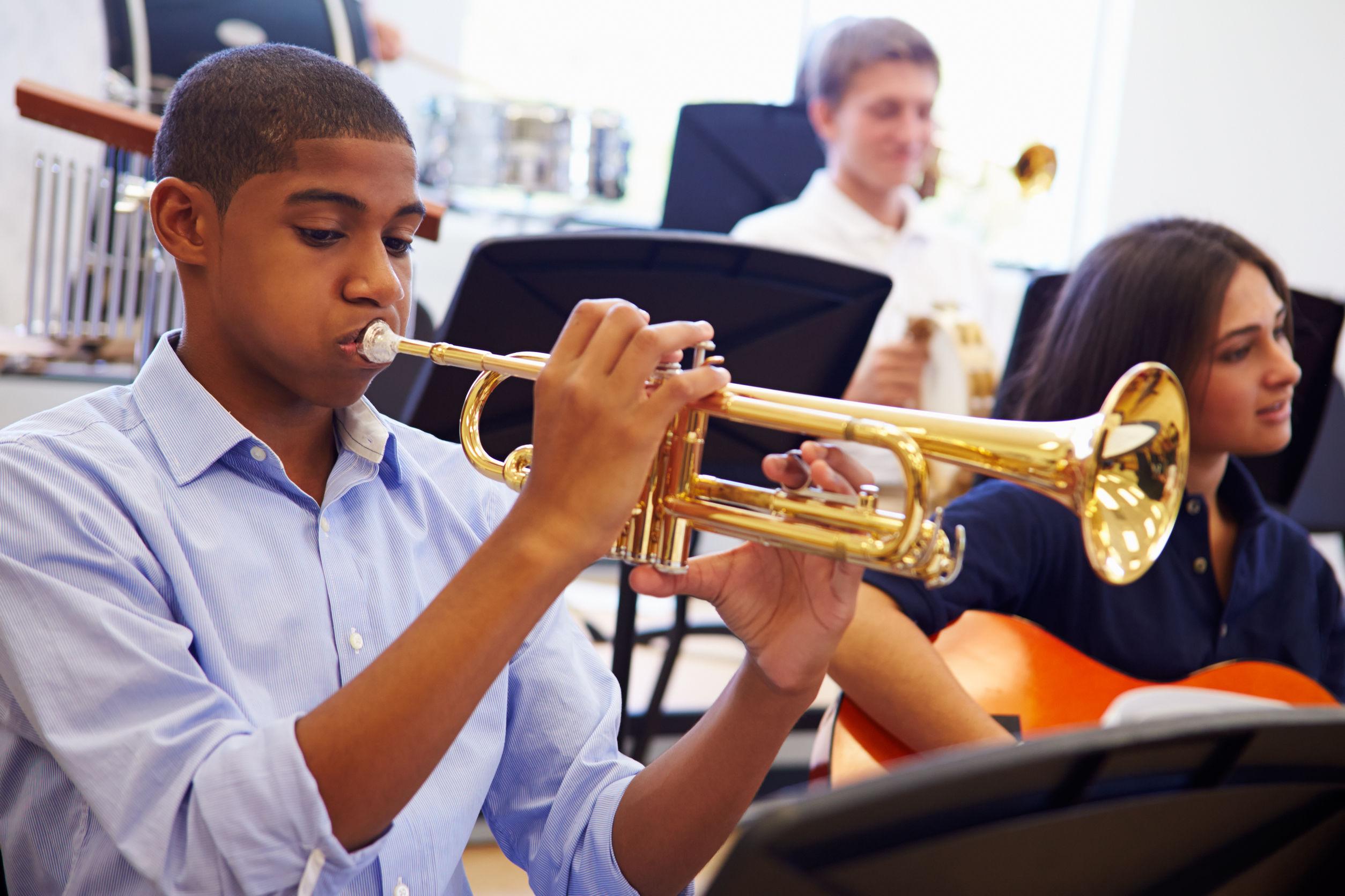 Alumno Hombre que toca la trompeta en la orquesta