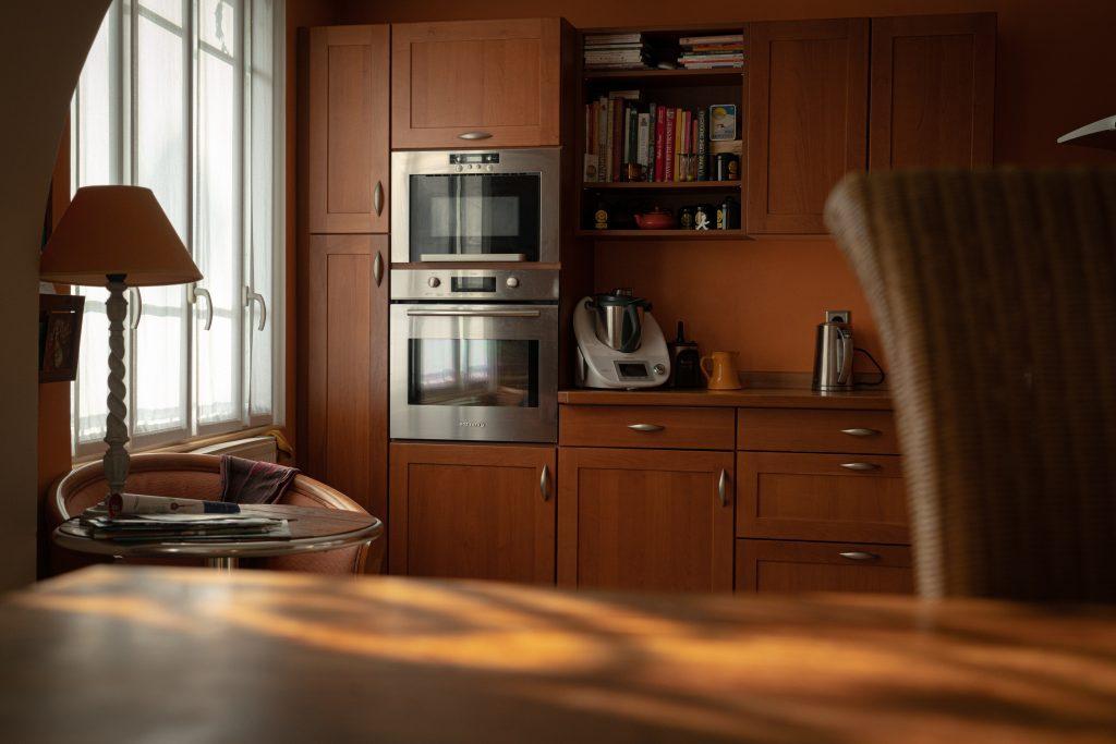 Microondas en cocina de madera