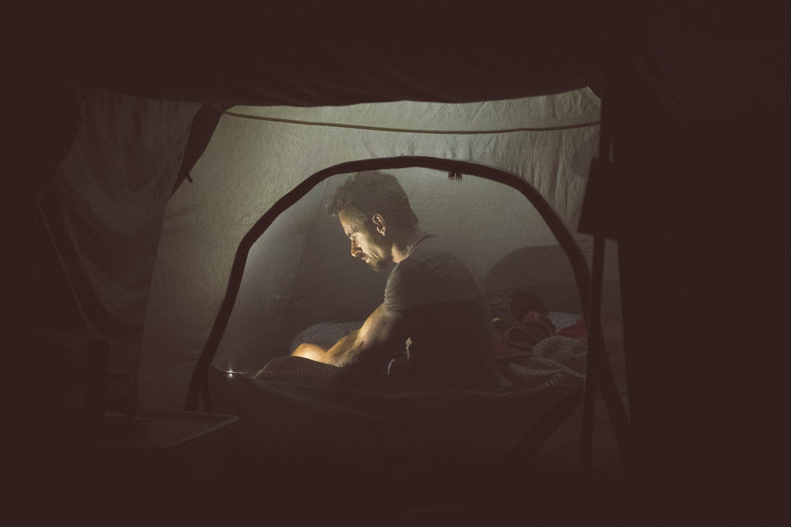 chico en tienda de acampar