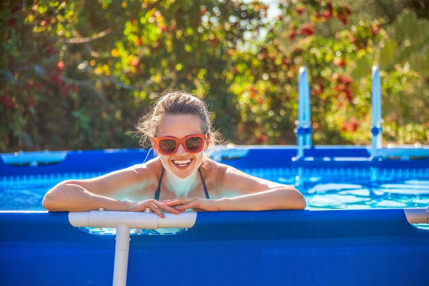chica en piscina