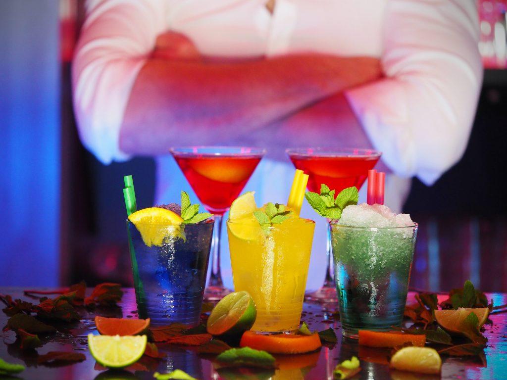 Bartender con varias bebidas servidas