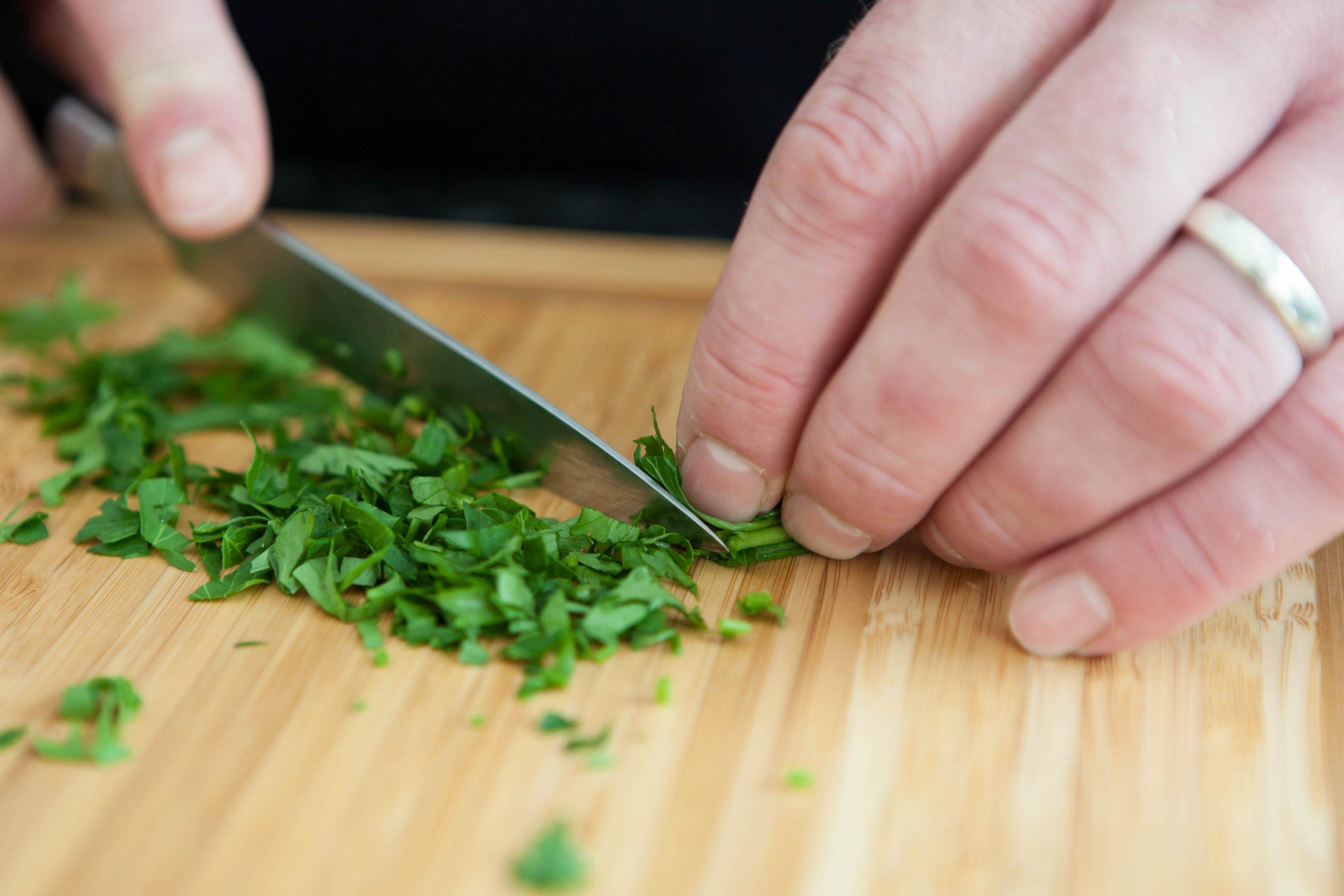 Imagen de alguien picando cilantro