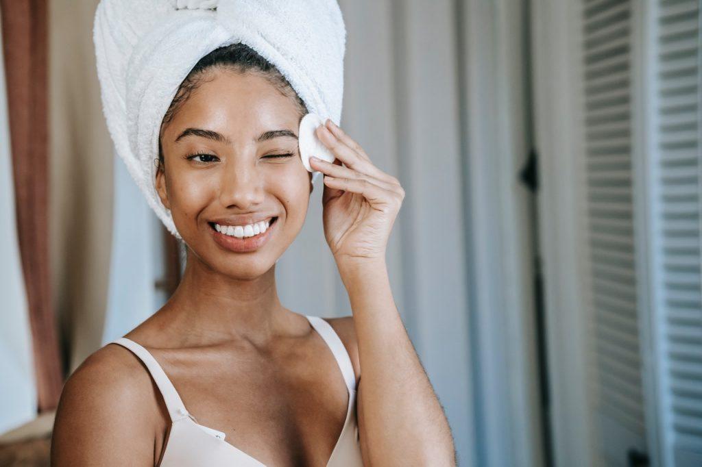 Mujer aplicansdose limpia