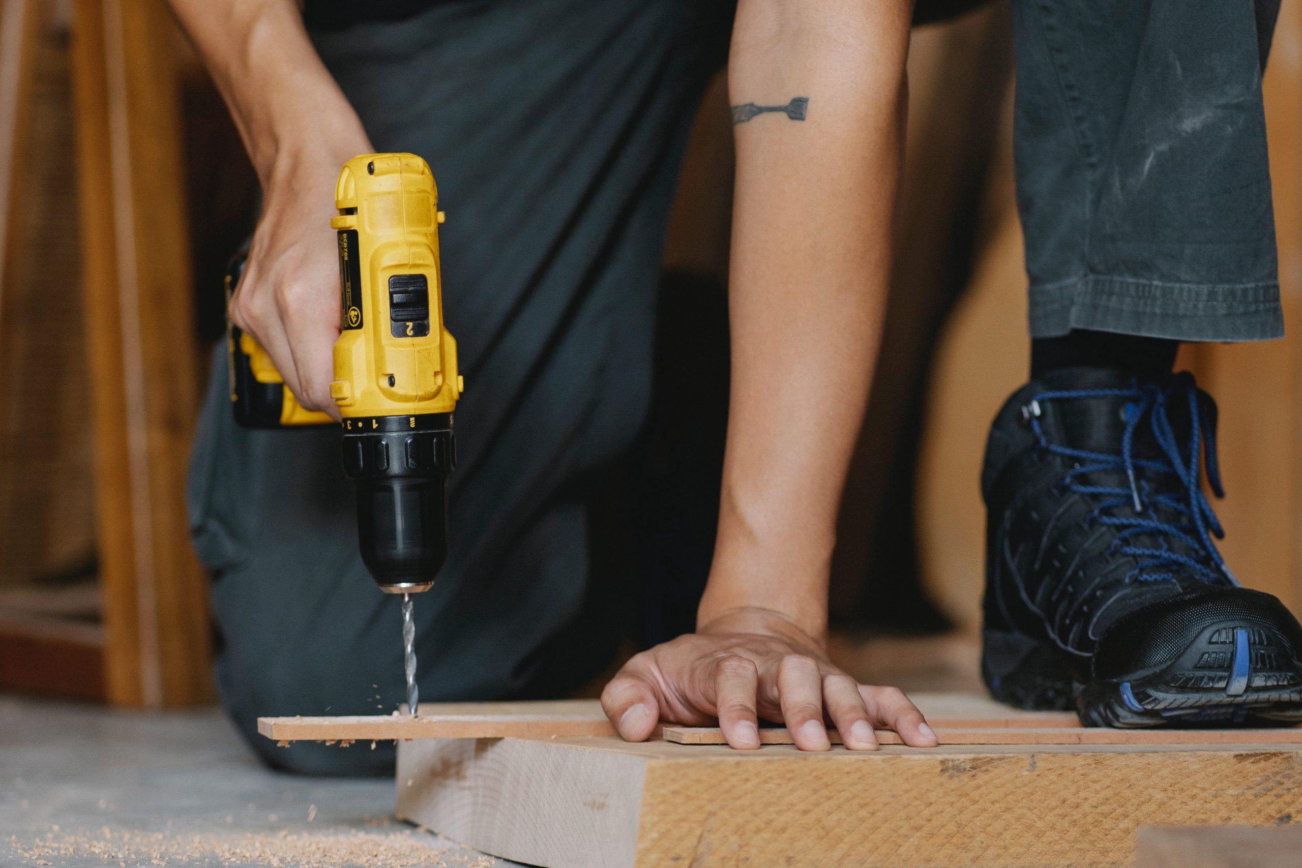 Imagen de una persona atornillando madera